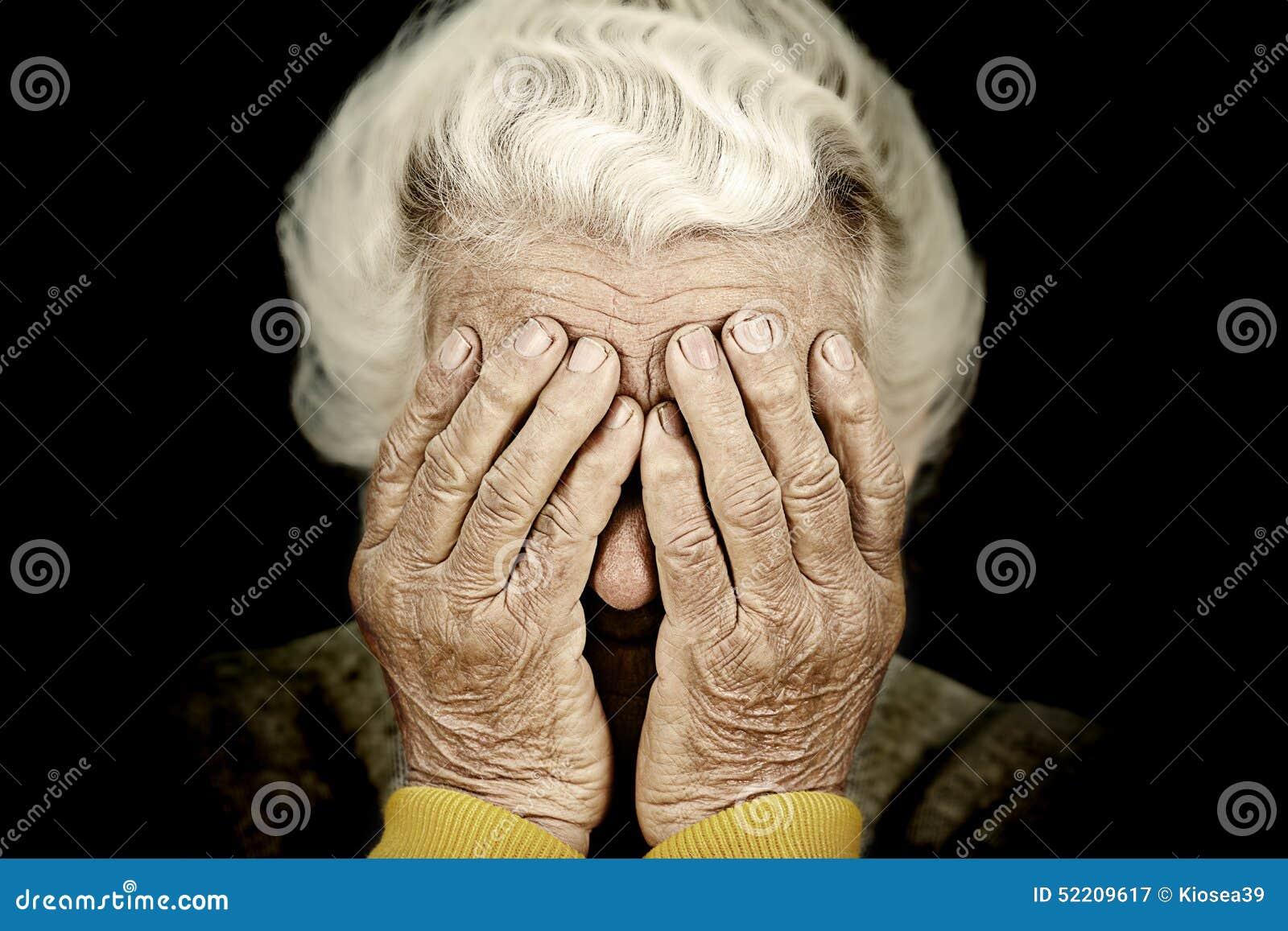 El retrato del primer presionó a la mujer mayor que cubría su cara con la mano
