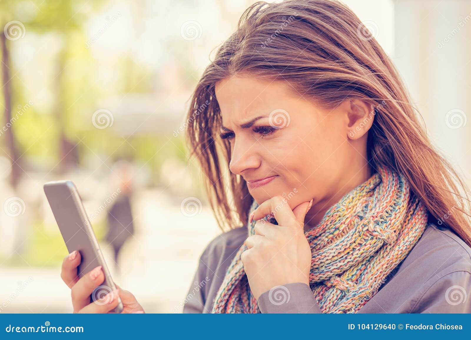 El retrato del primer triste, escéptico, infeliz, mujer que mandaba un SMS en el teléfono descontentado con la conversación aisló
