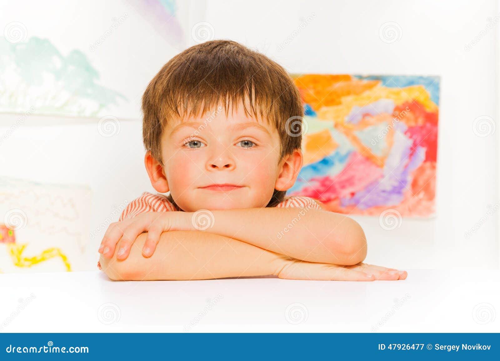 El retrato tranquilo del ni o peque o pone en la tabla - Foto nino pequeno ...