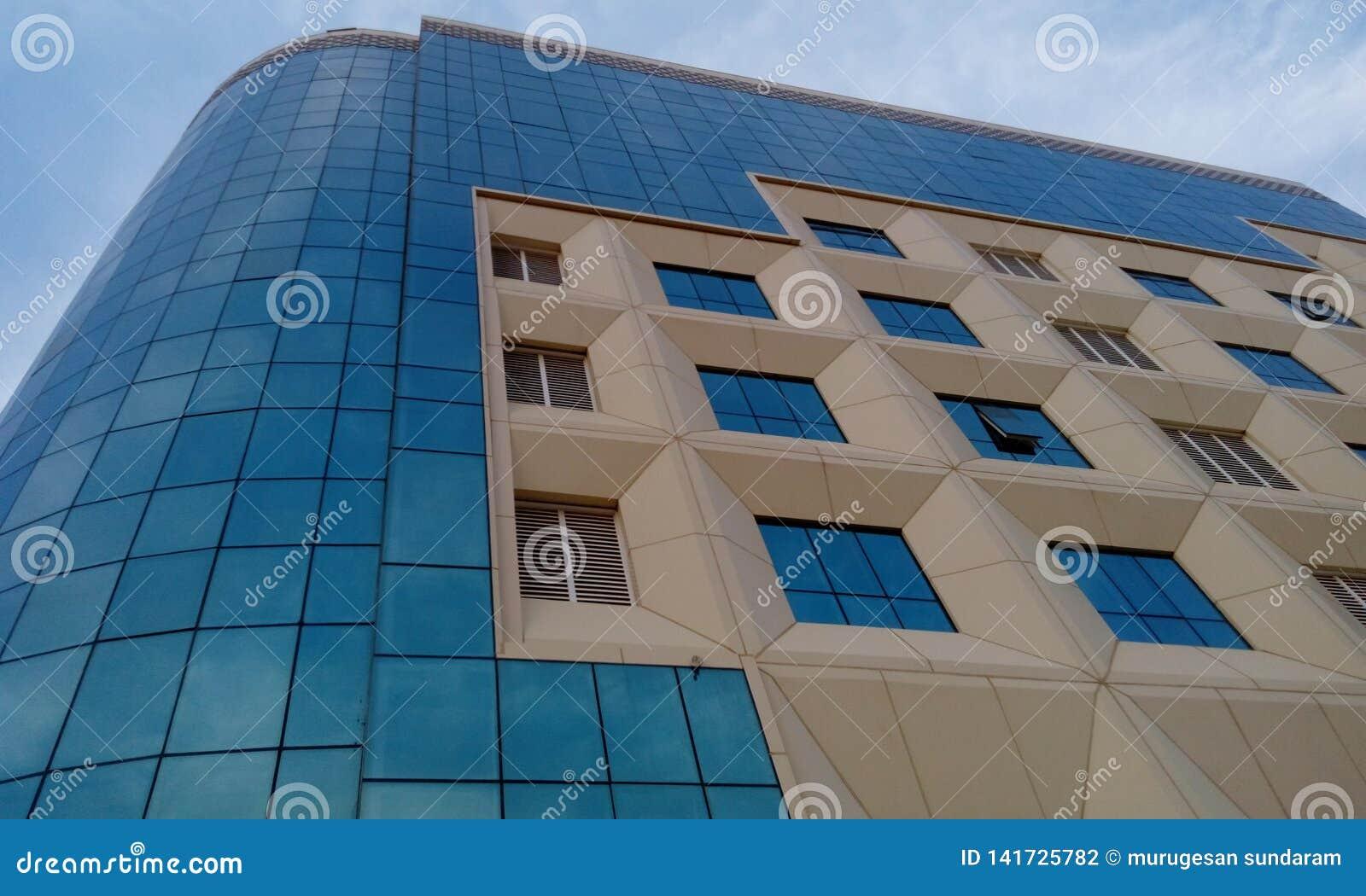 El revestimiento exterior de un edificio residencial de la alta subida y acab? con un revestimiento de GRP