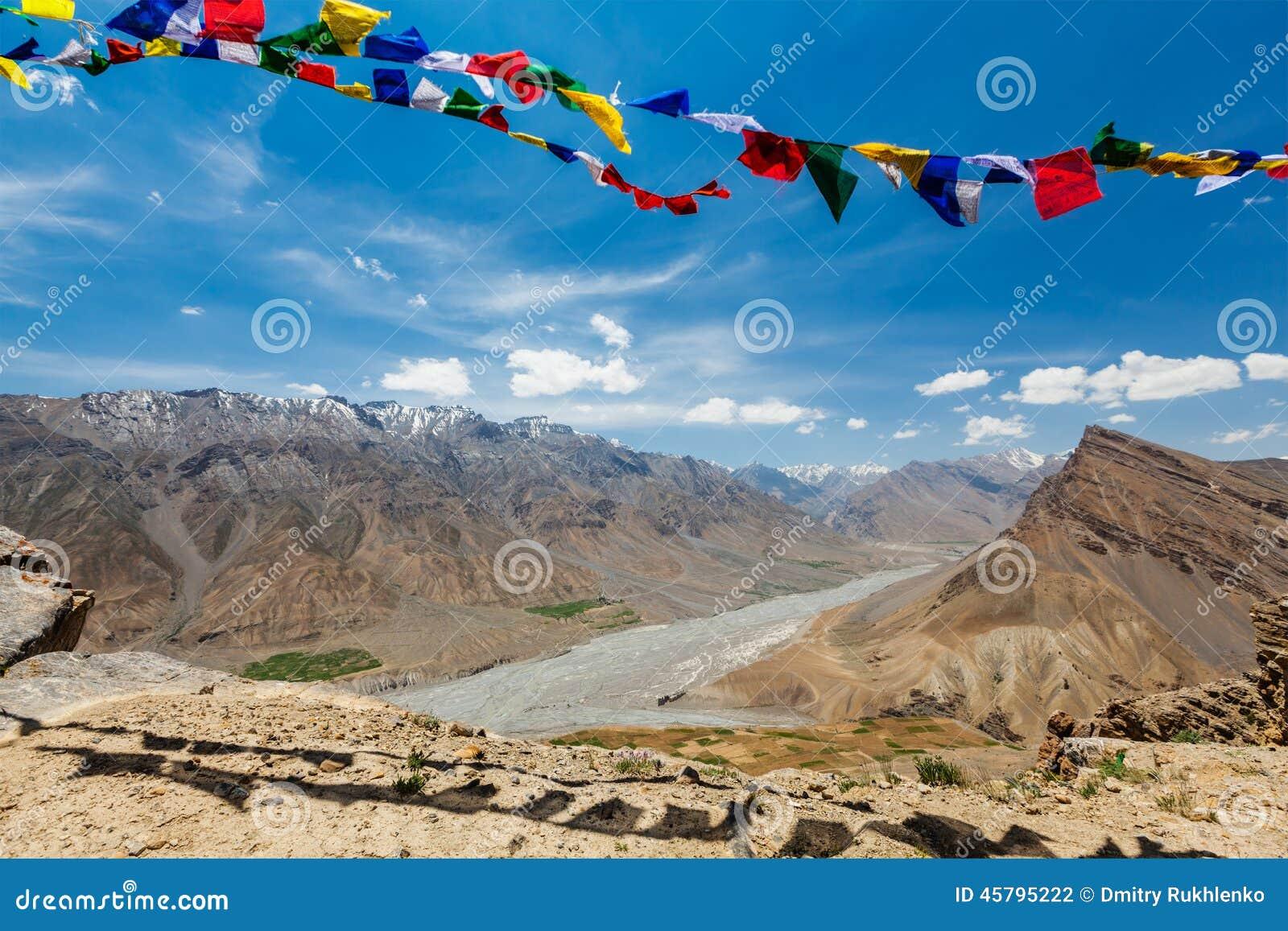 El rezo budista señala lungta por medio de una bandera en el valle de Spiti