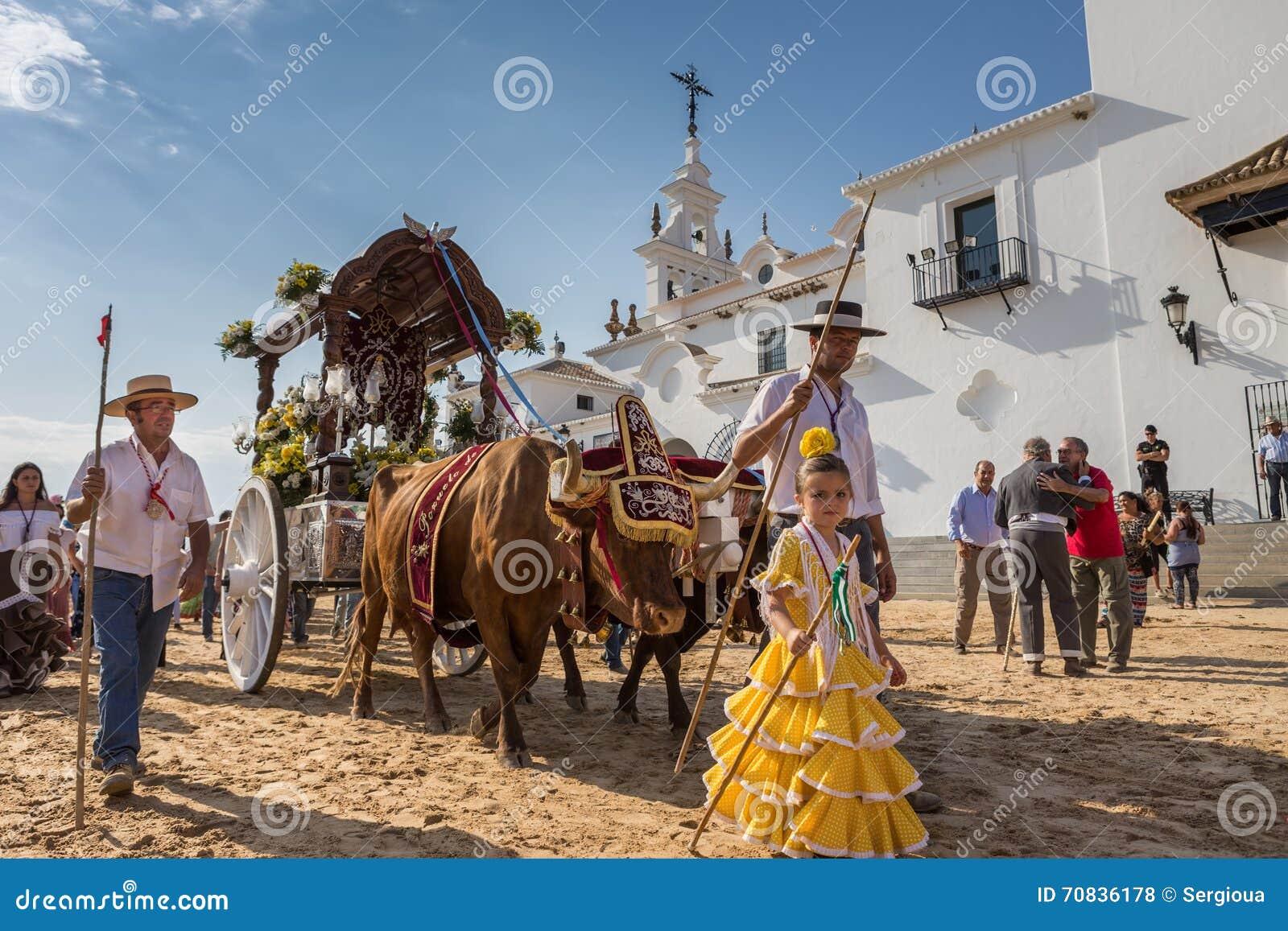 EL ROCIO, ANDALUCÍA, ESPAÑA - 22 de mayo: Romeria después de visitar el santuario va al pueblo