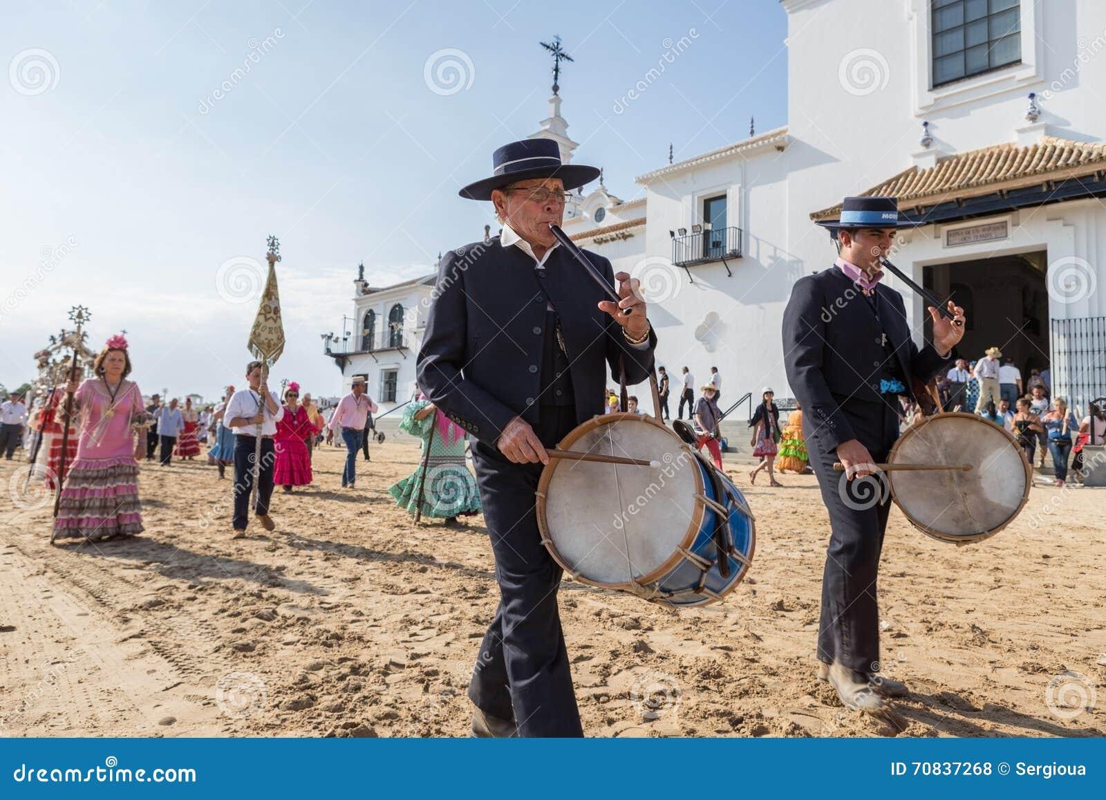 El ROCIO, ANDALUCIA, SPANIEN - MAJ 22: Romeria, når han har besökt fristaden, går till byn