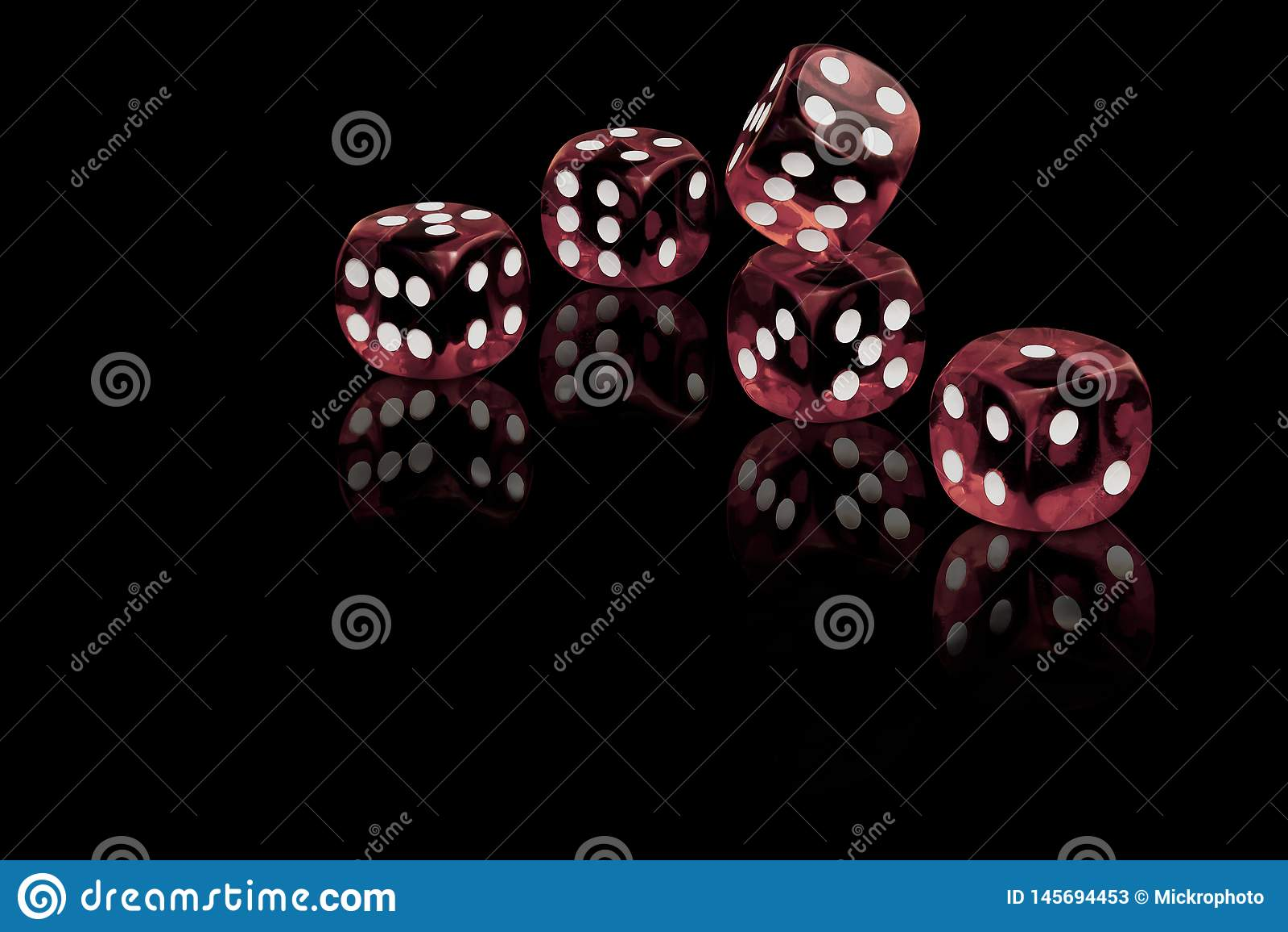 El rojo cinco corta en cuadritos en fondo negro