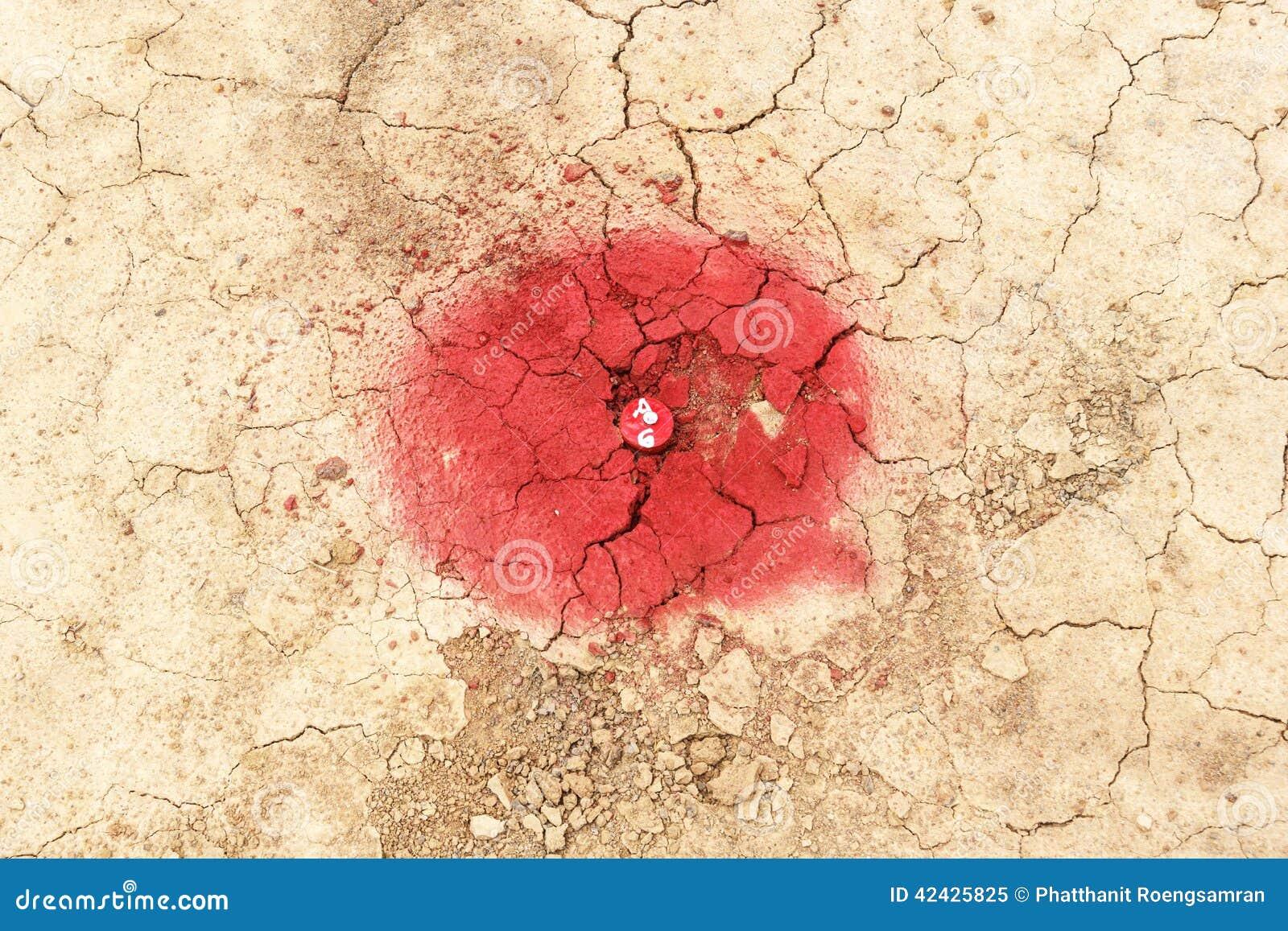 El rojo coloreó el polo de madera para la exposición de una encuesta sobre el campo