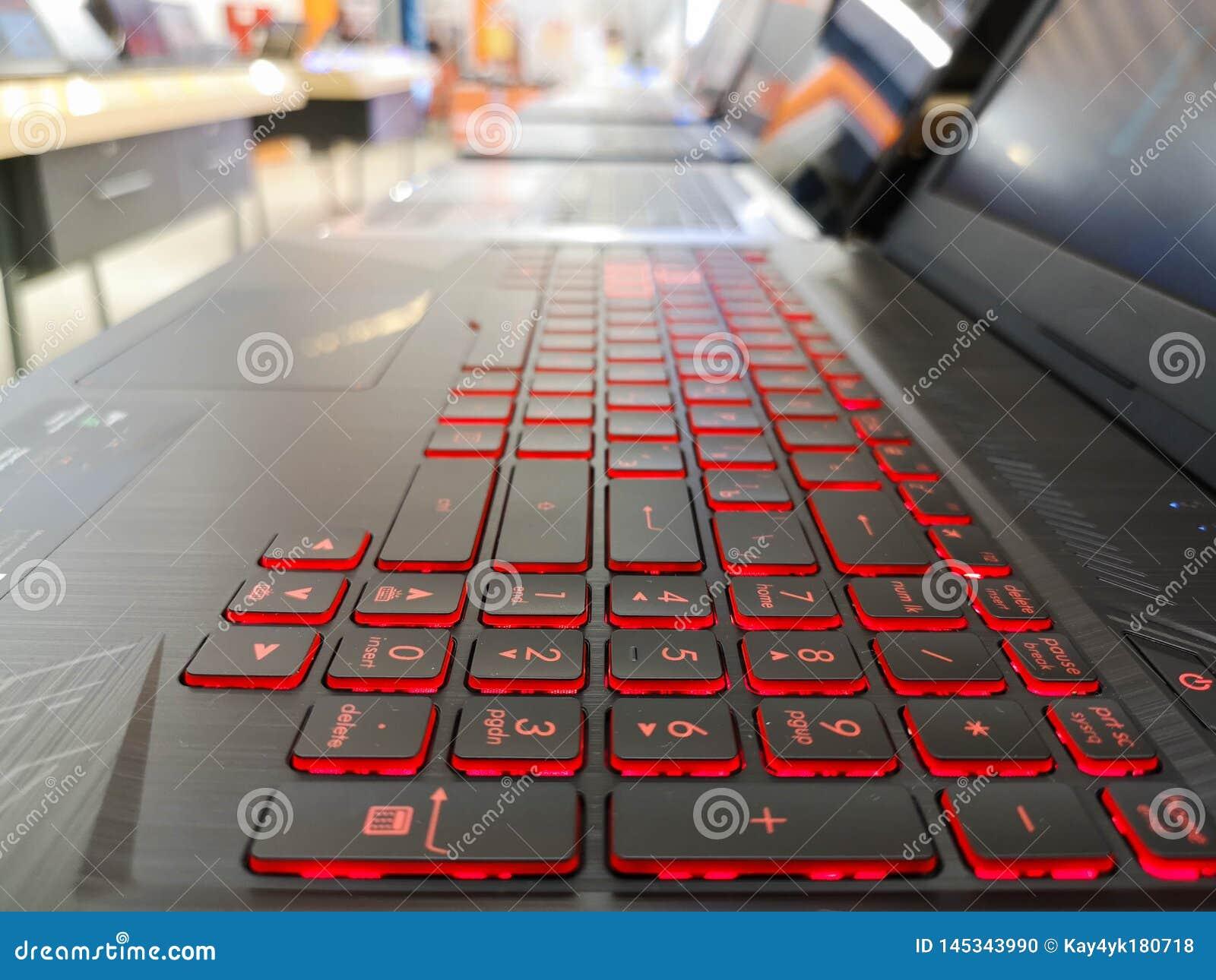 El rojo llevó el teclado ligero, paning Ordenador portátil con el contraluz rojo, eligiendo un ordenador portátil, ordenadores po