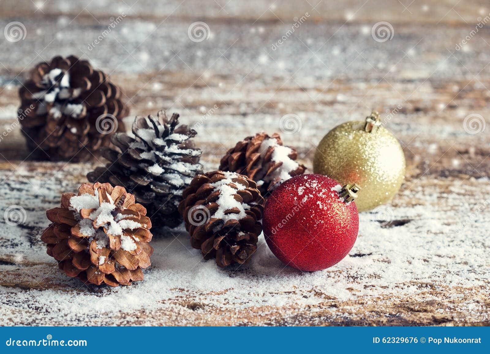 El rojo y la navidad del oro adornan conos del pino en de - Maderas del pino ...