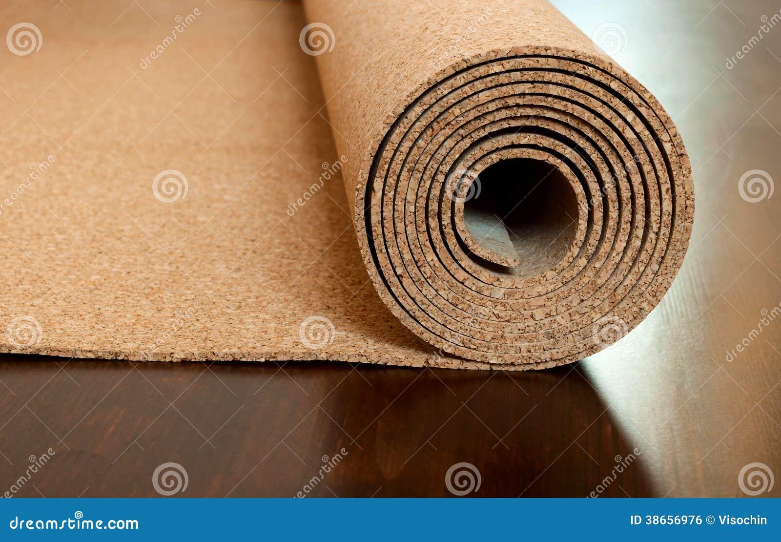 El rollo del corcho miente en un piso marrón