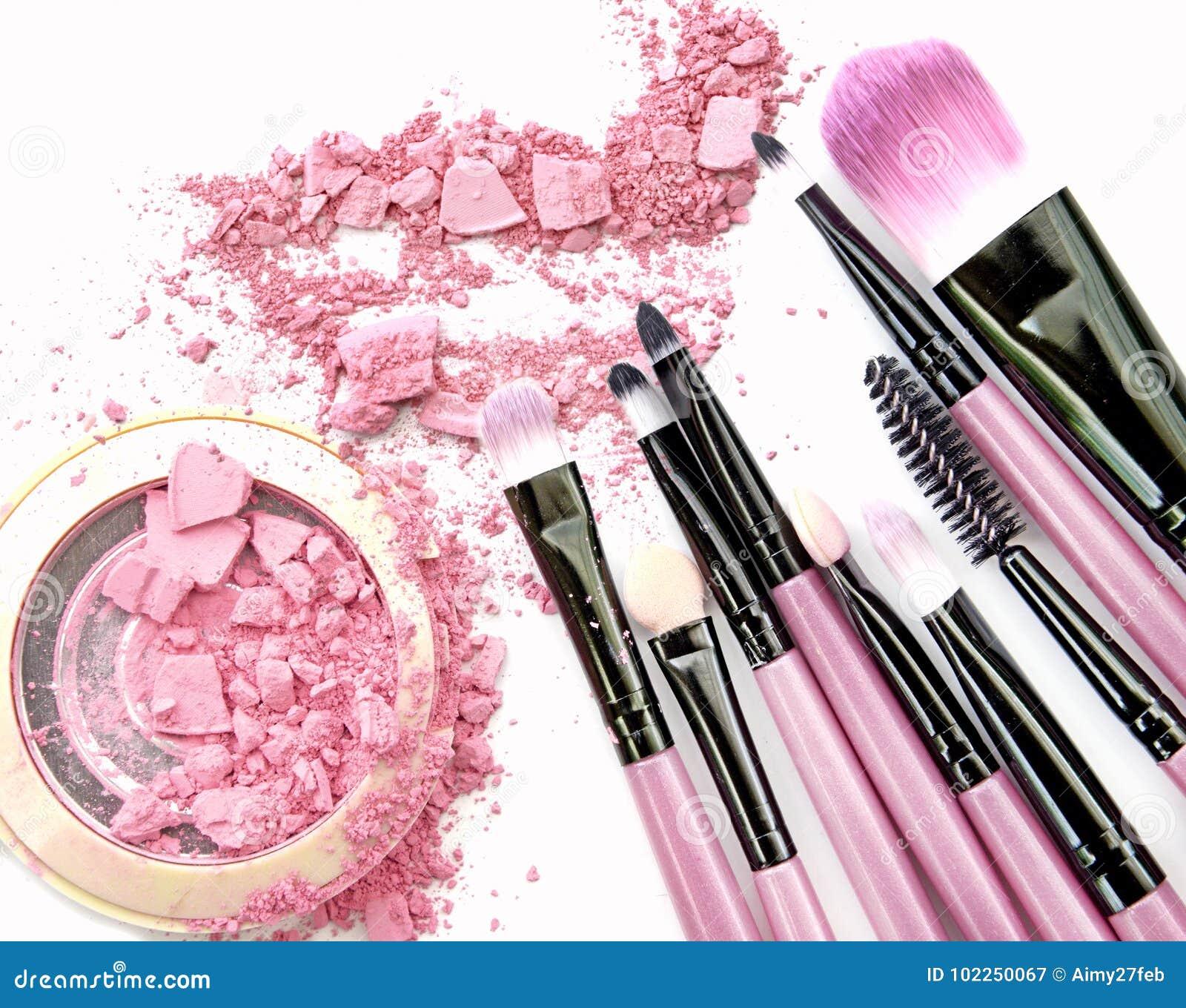 El rosa en colores pastel compone la sombra de ojos en blanco
