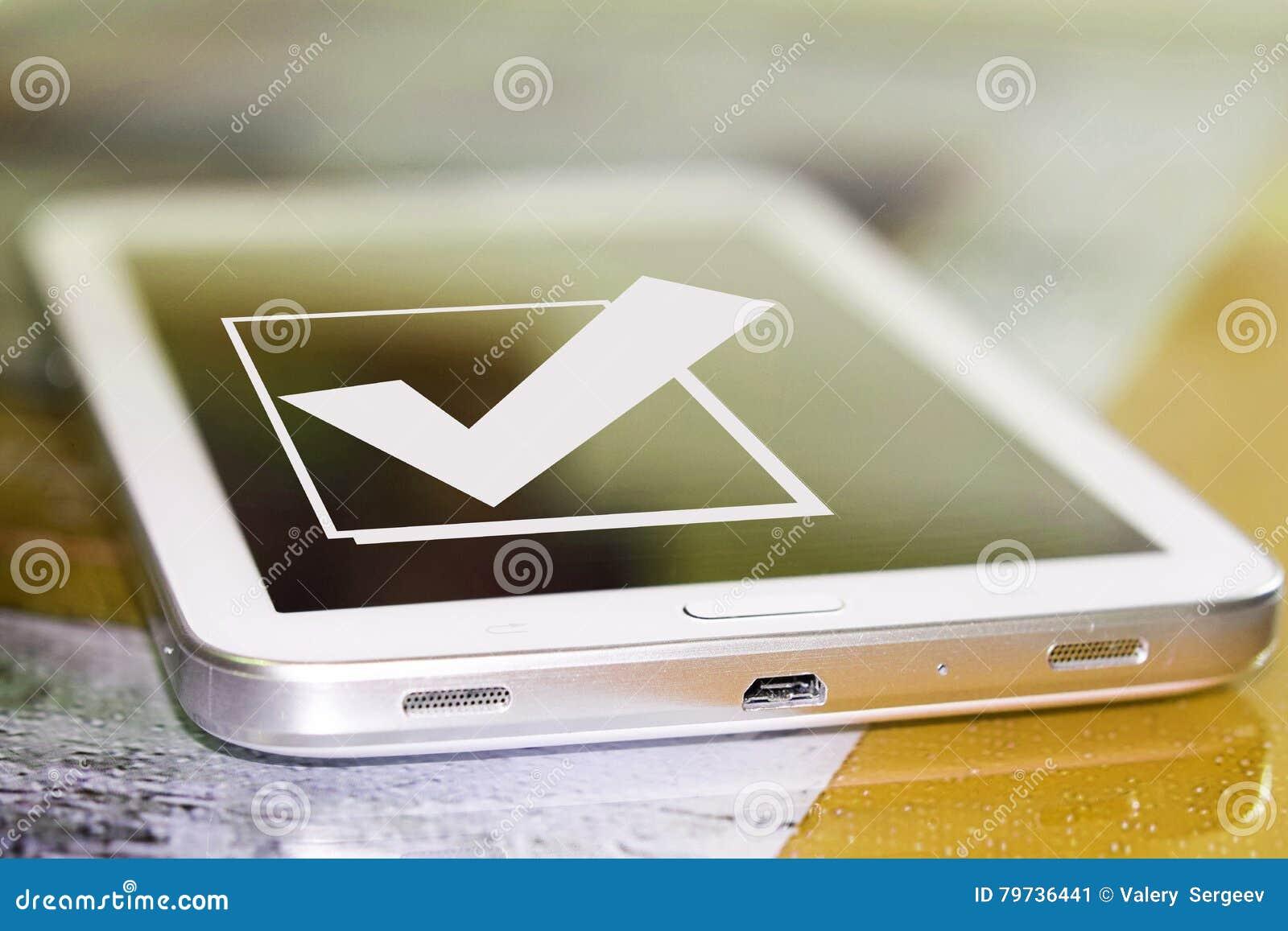 El símbolo de una señal y de un x28; Yes& x29; en la pantalla del teléfono celular