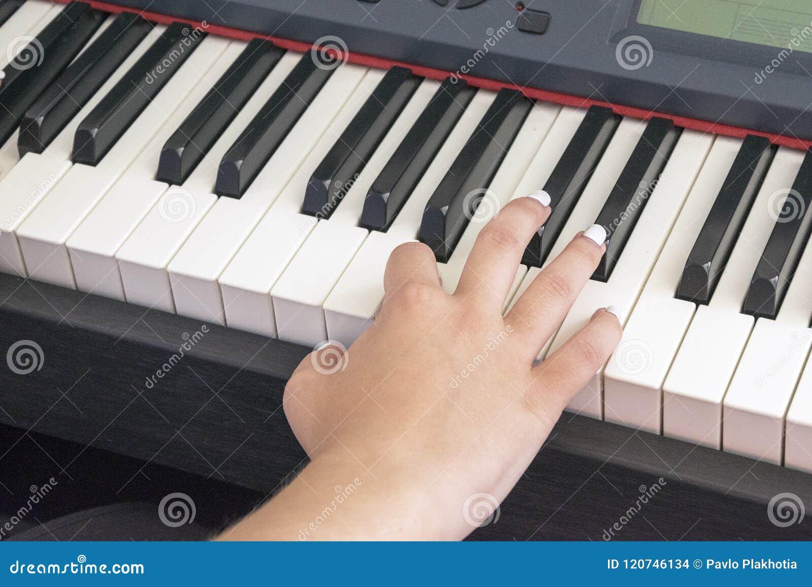 El ` s de la mujer da jugar en piano eléctrico