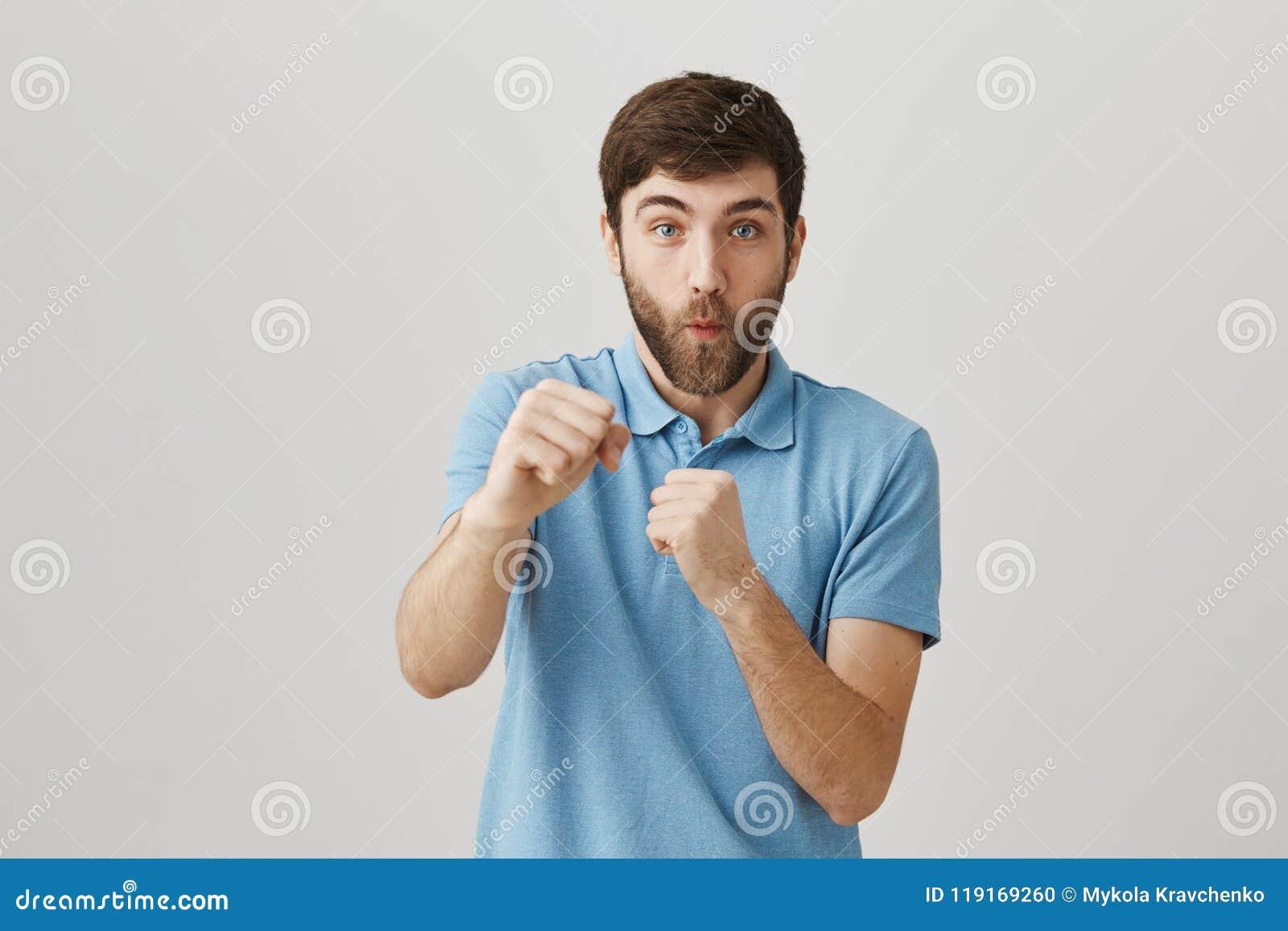 El sacador de la derecha y usted son adentro golpean hacia fuera El estudio tiró de varón caucásico emotivo divertido con la barb