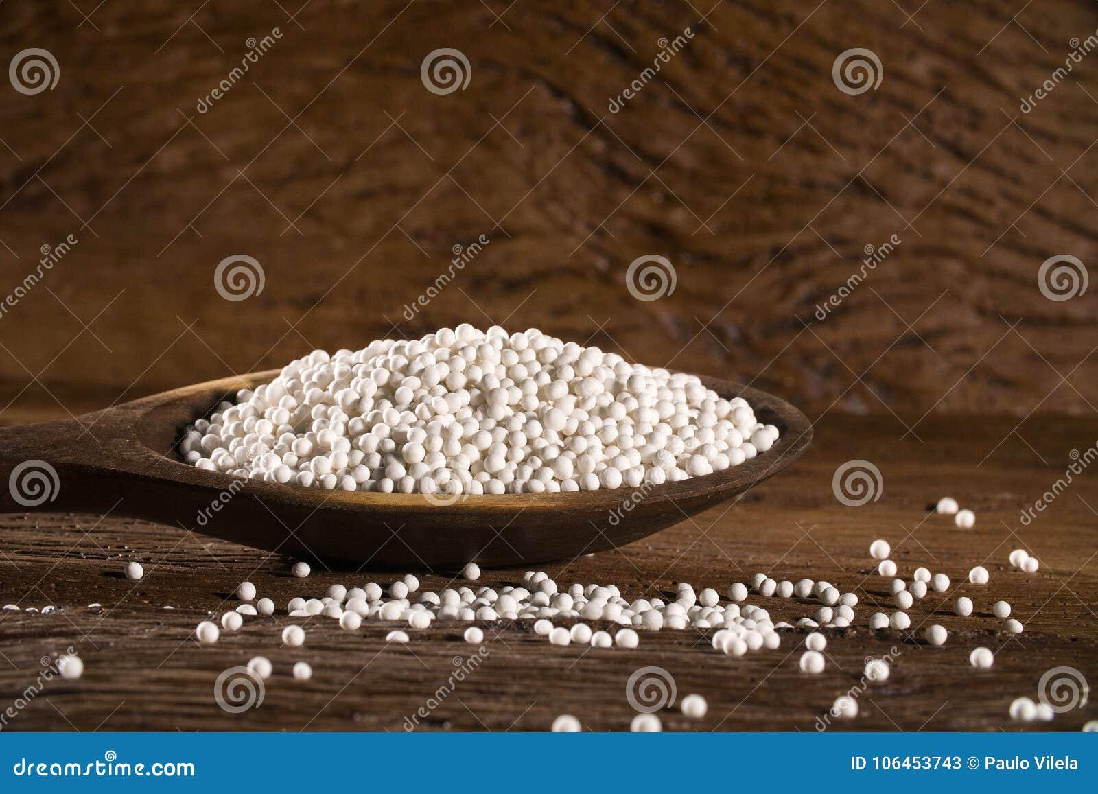 El sagú blanco gotea en una cuchara de madera