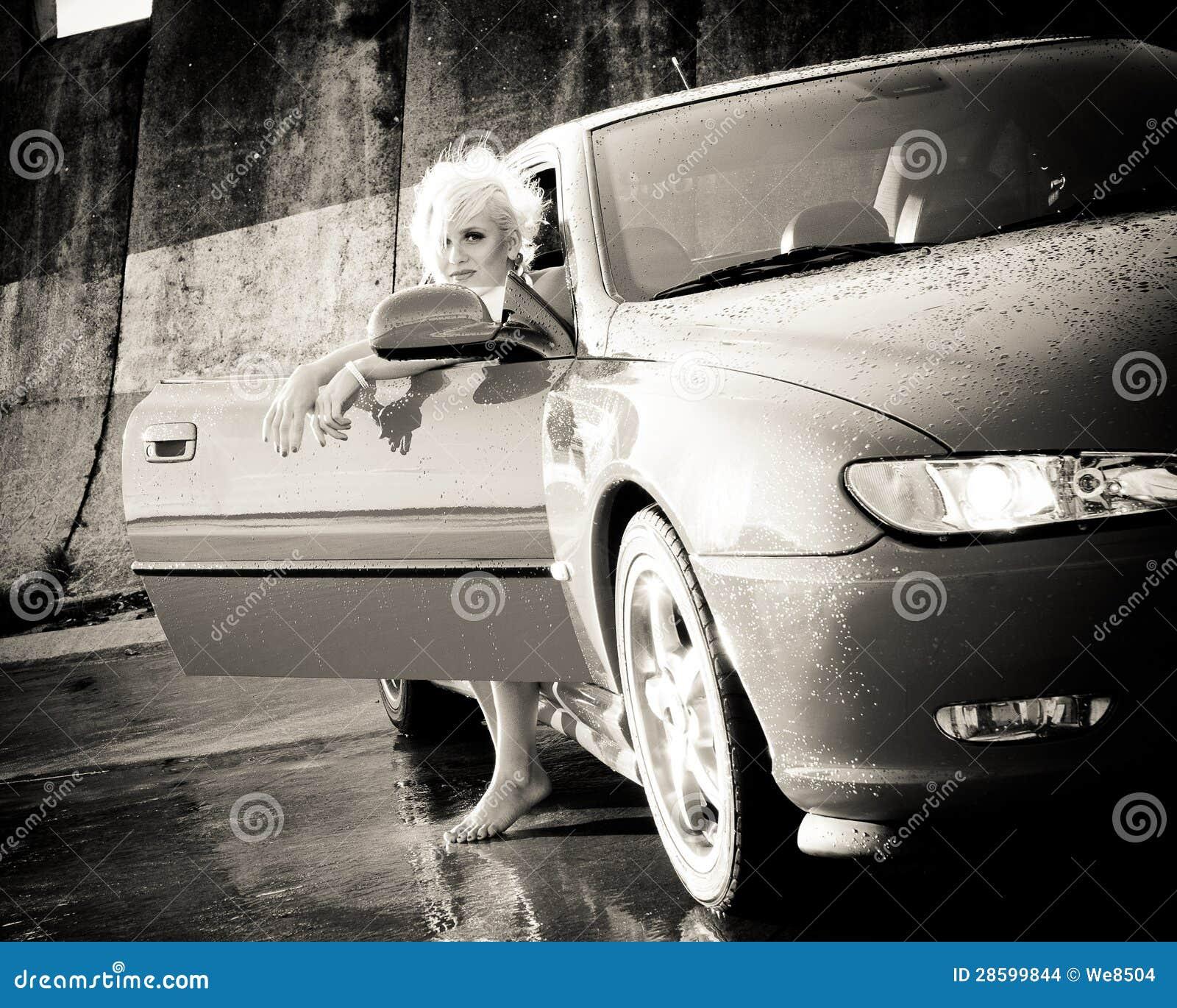 El salir bonito joven de la mujer del coche deportivo