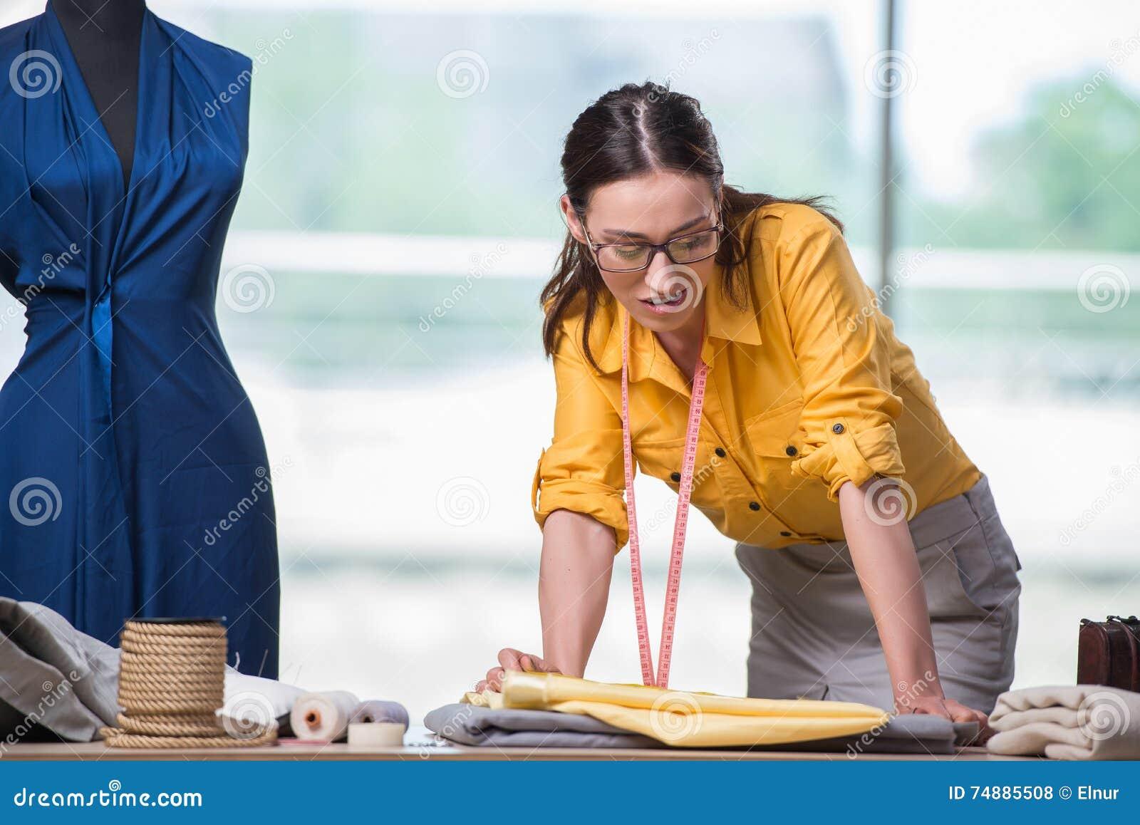 El sastre de la mujer que trabaja en la nueva ropa