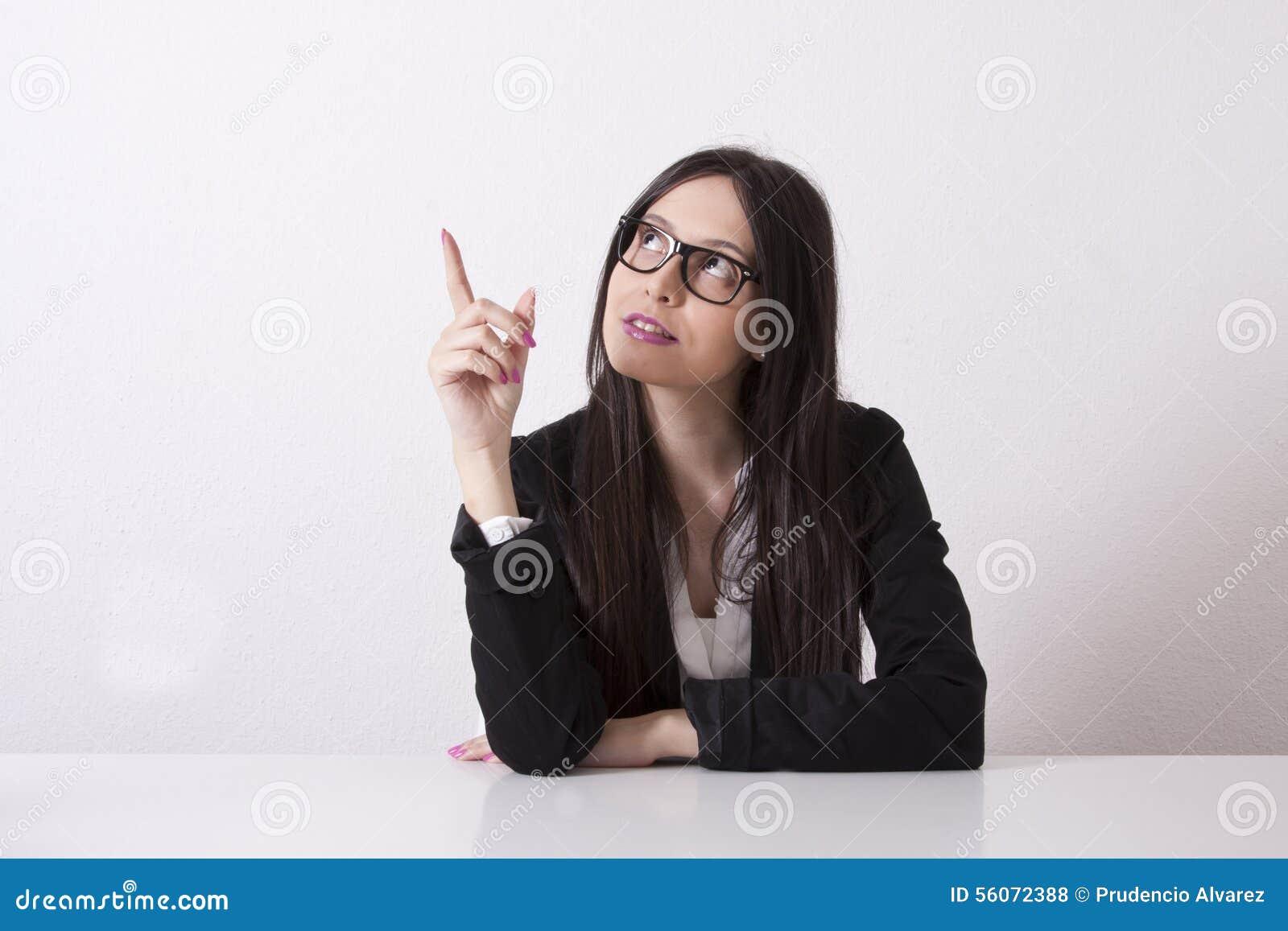 El señalar de la mujer de negocios