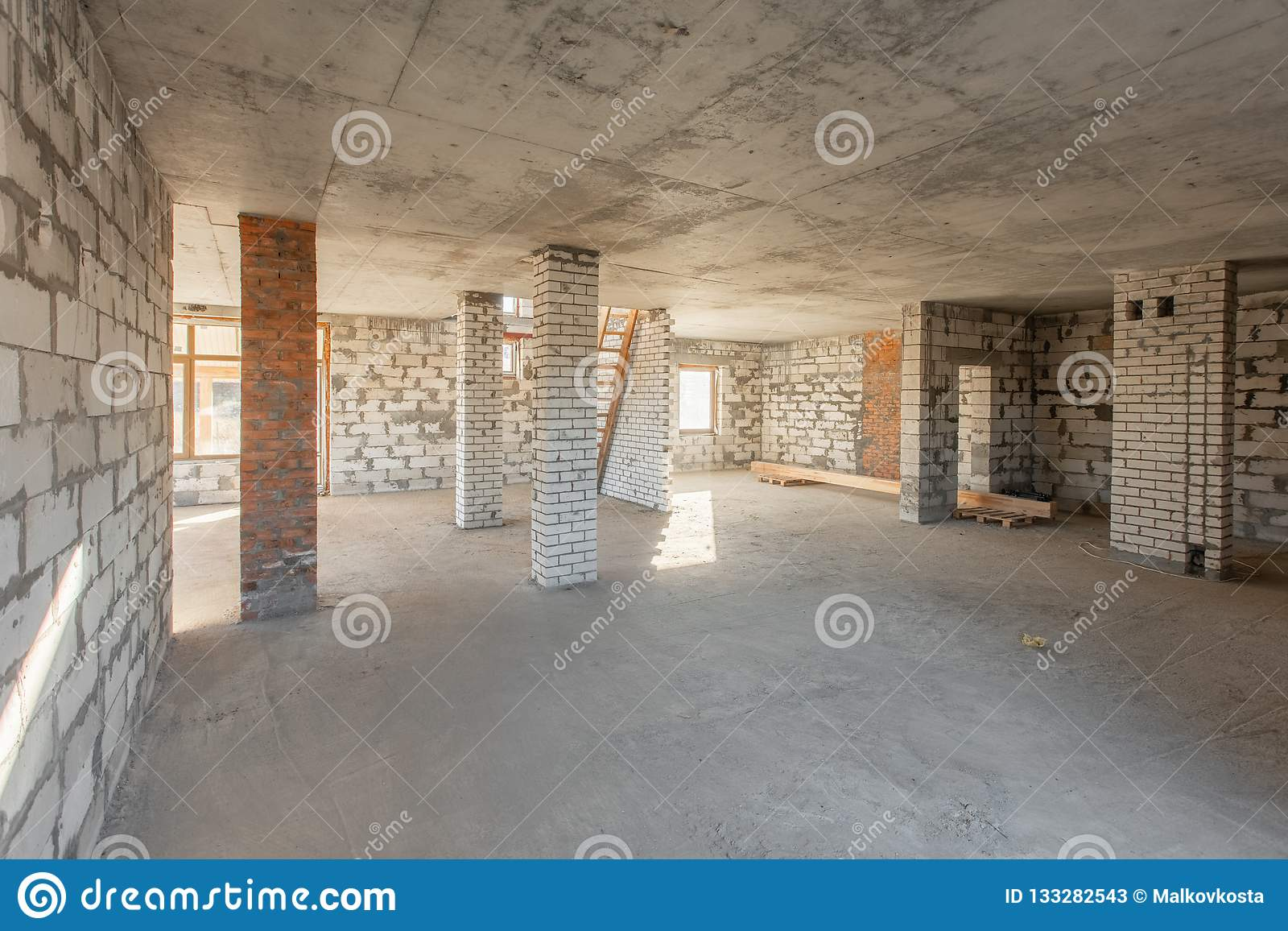 El segundo piso del ático de la casa revisión y reconstrucción Proceso de trabajo de calentarse dentro de la pieza del tejado Cas