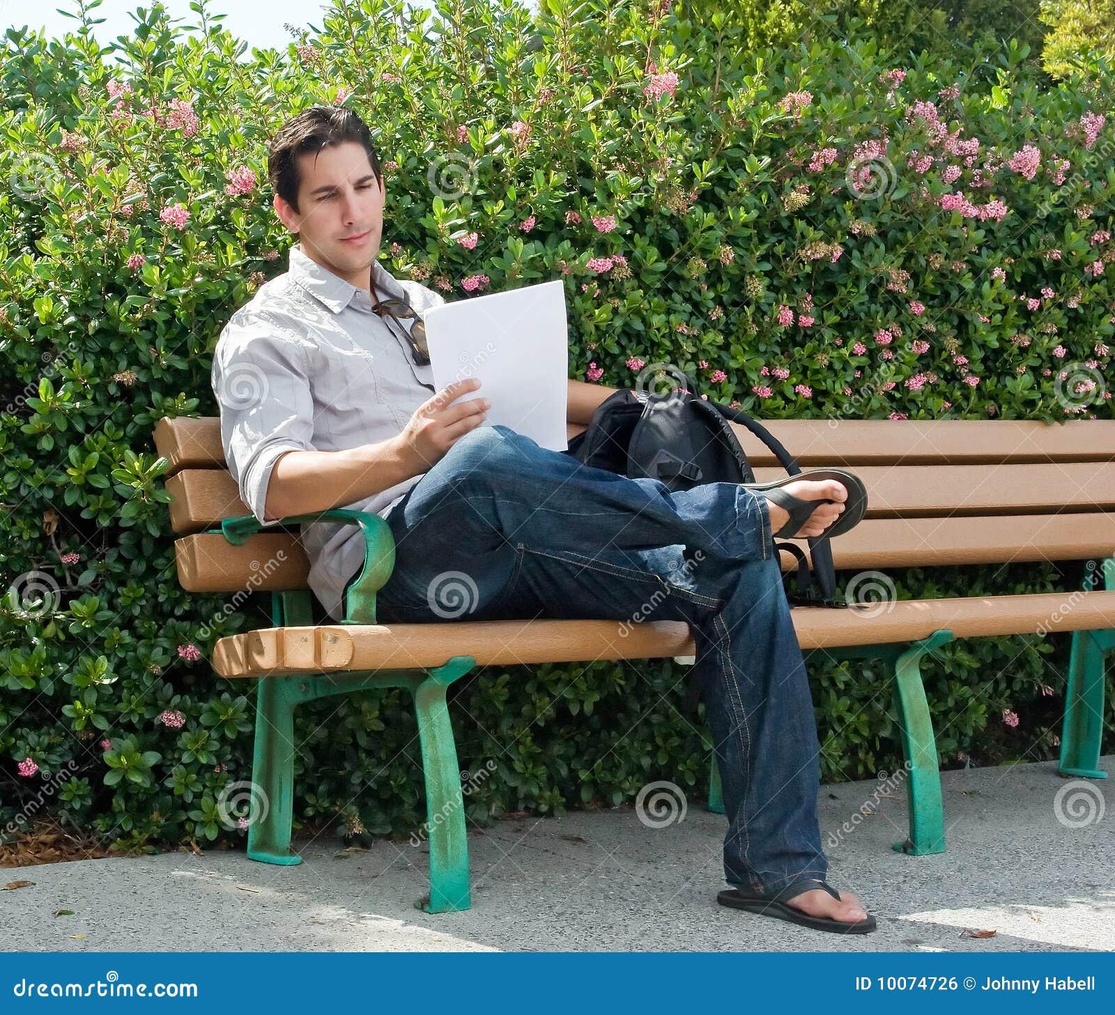 El sentarse en banco de parque foto de archivo imagen - Fotos de bancos para sentarse ...