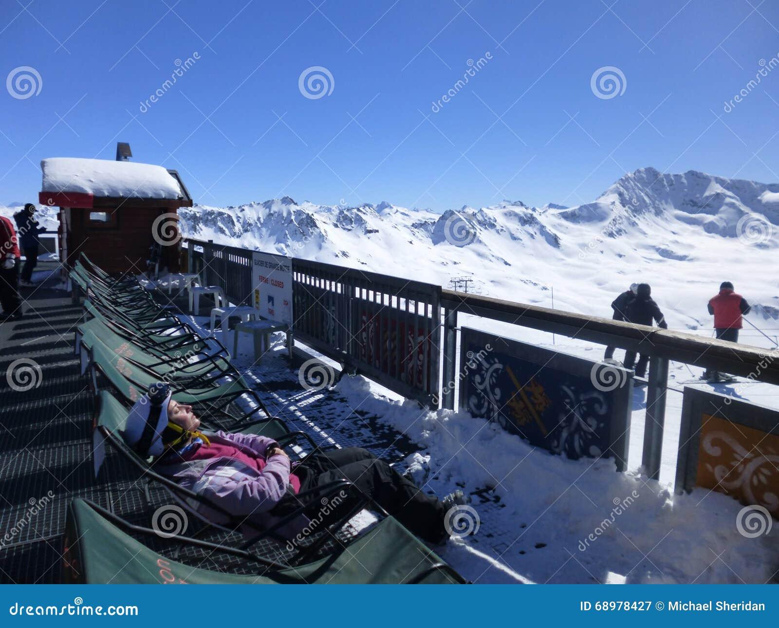 El sentarse en la sol de la montaña