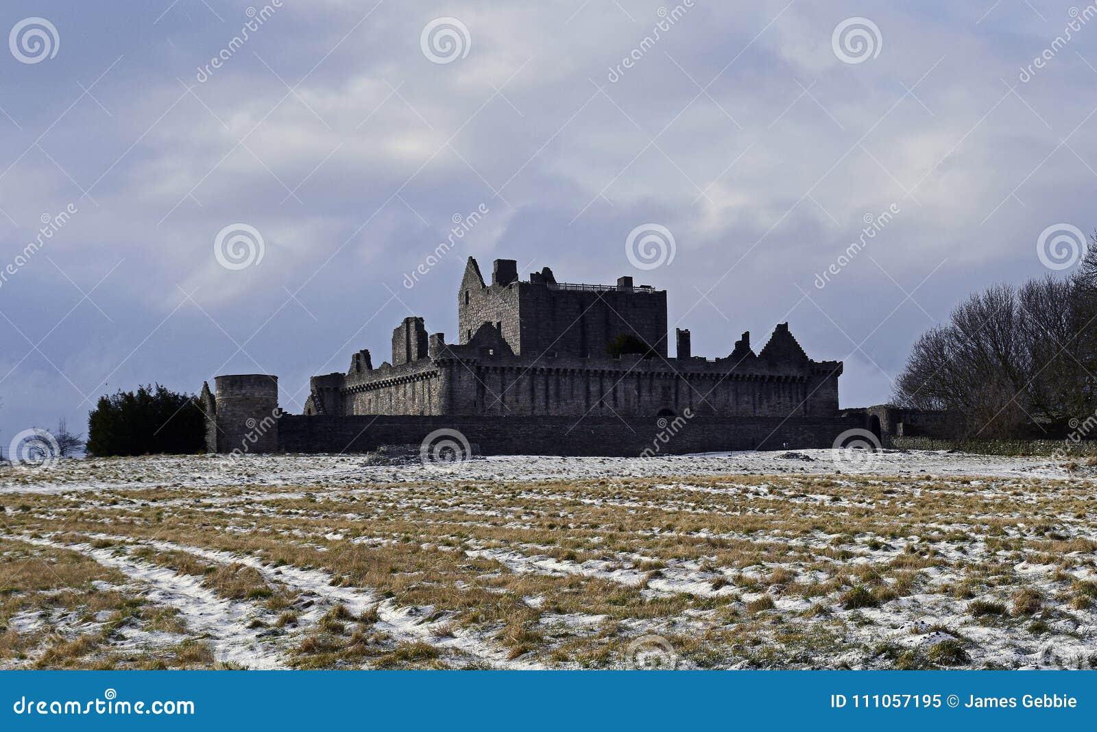 El siglo del castillo a14th de Craigmillar y fue utilizado como un sistema de la película para el Outlander y el rey proscrito