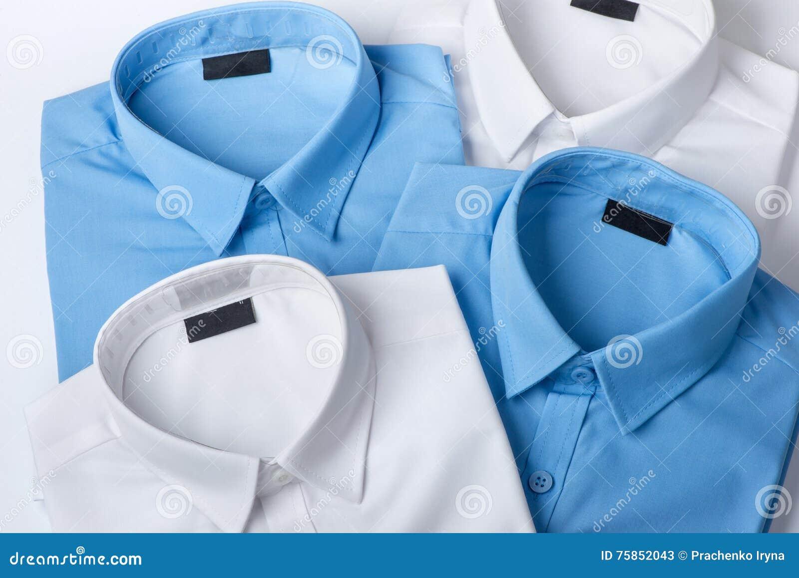 El sistema de azul y de blanco sirve la camisa