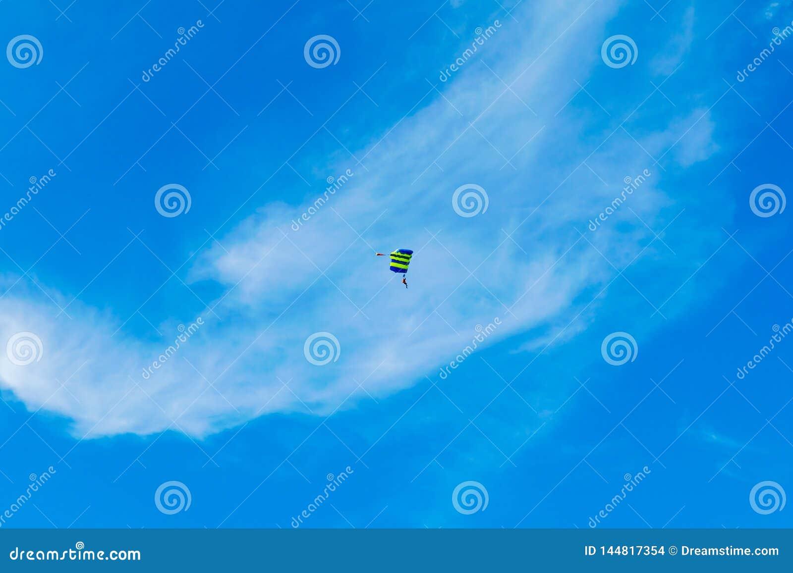 El Skydiver vuela bajo la protección del paracaídas