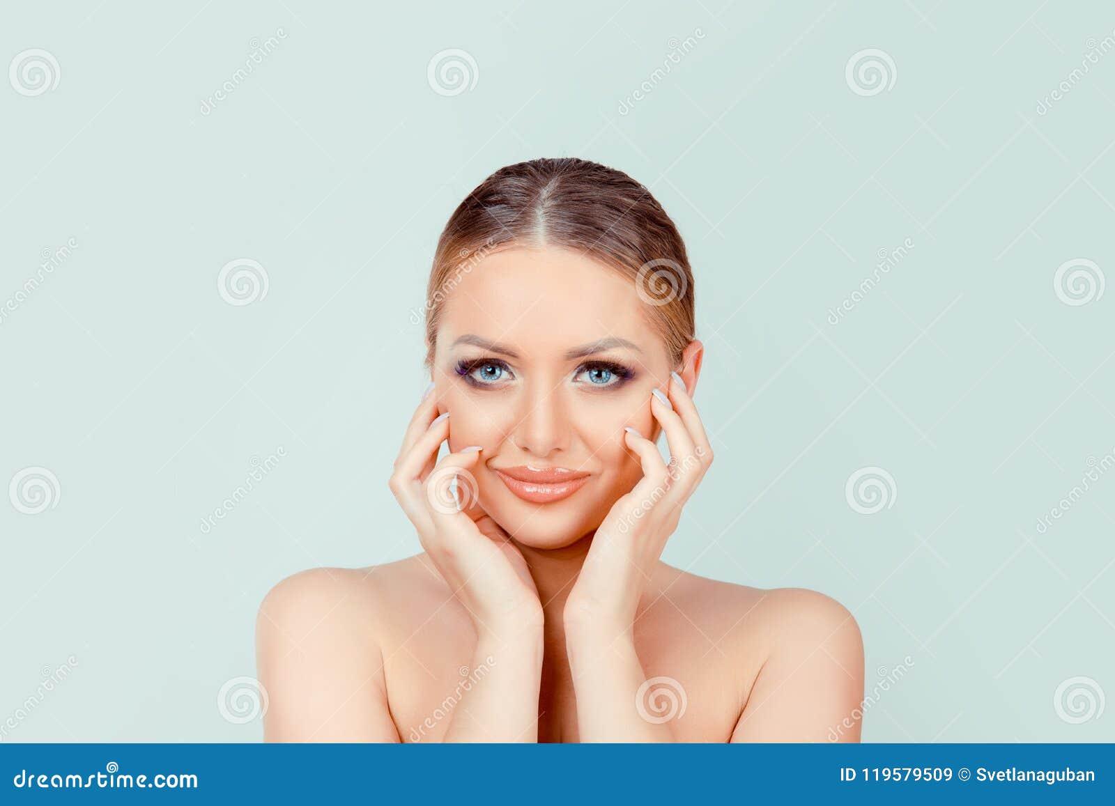 El smokey ligero de la belleza observa la piel del maquillaje que le mira cámara