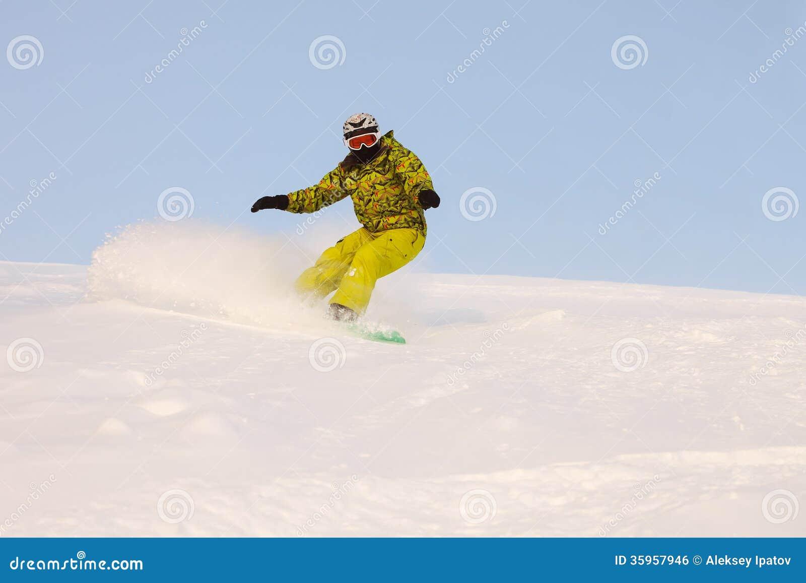 El Snowboarder que hace un lado del dedo del pie talla con el cielo azul profundo en backgro