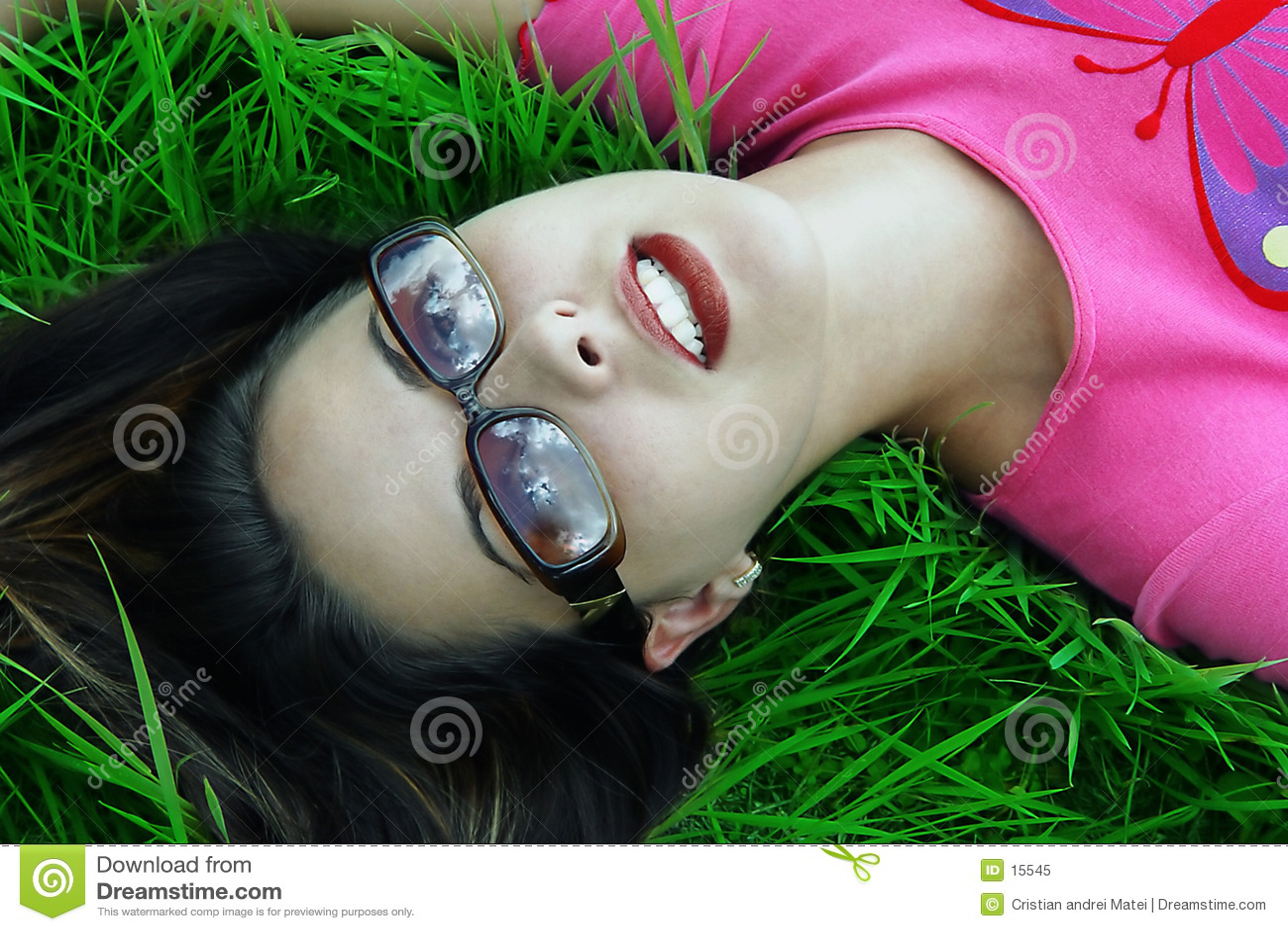 El soñar despierto relajado muchacha