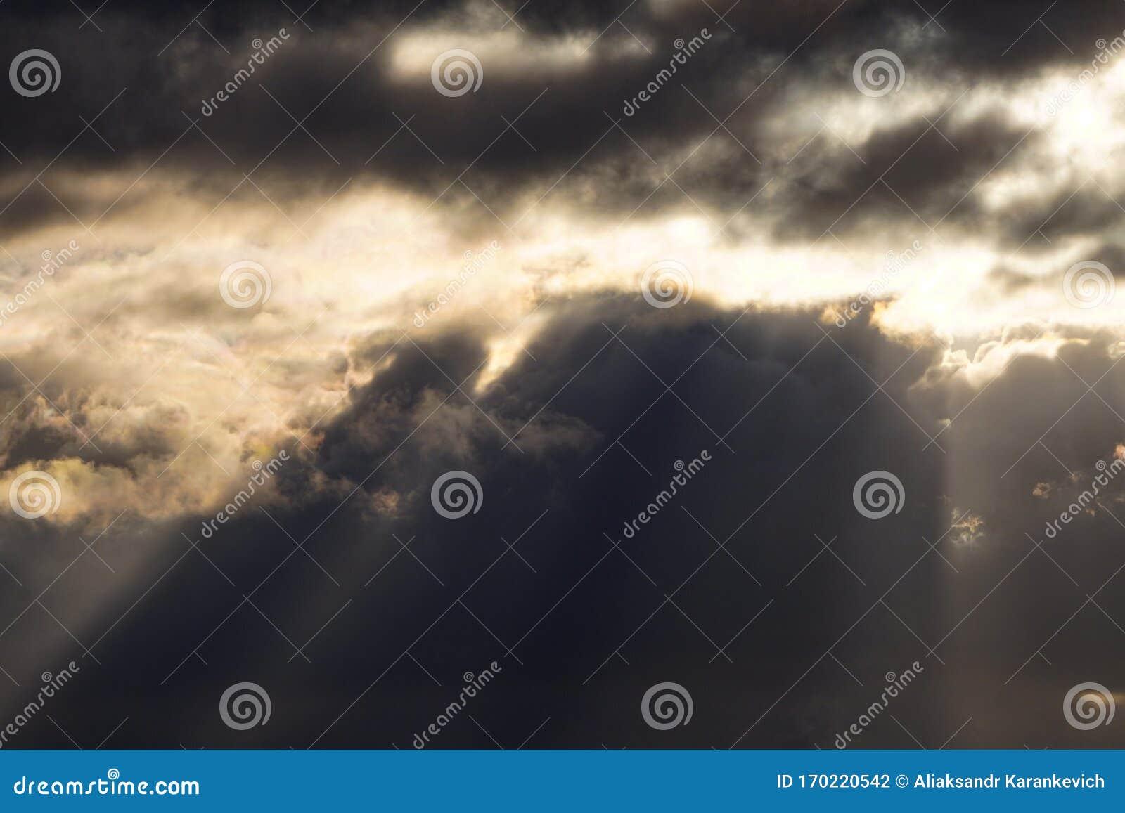 El Sol Brilla Entre Las Nubes La Luz De Contraste El Clima Cambia El Cielo Brillante Brillante Con Las Nubes Blancas Y Grises C Foto De Archivo Imagen De Brilla Contraste