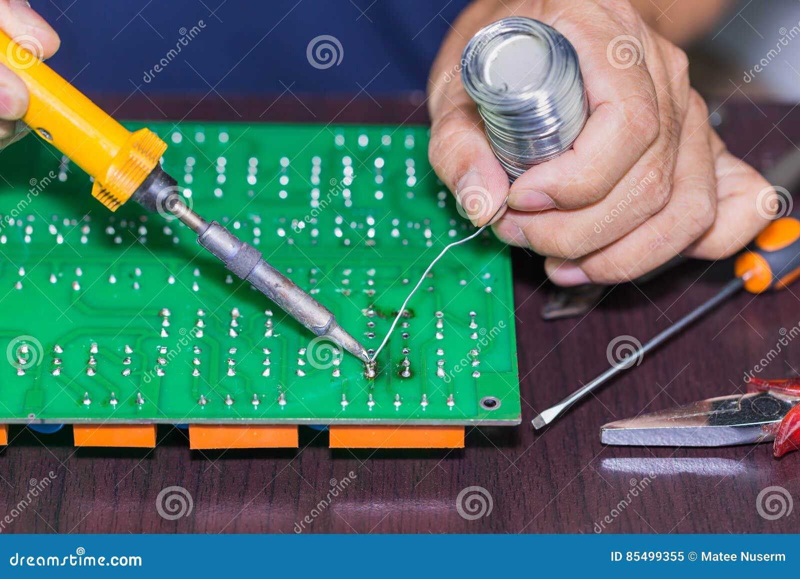 El soldar en placa de circuito