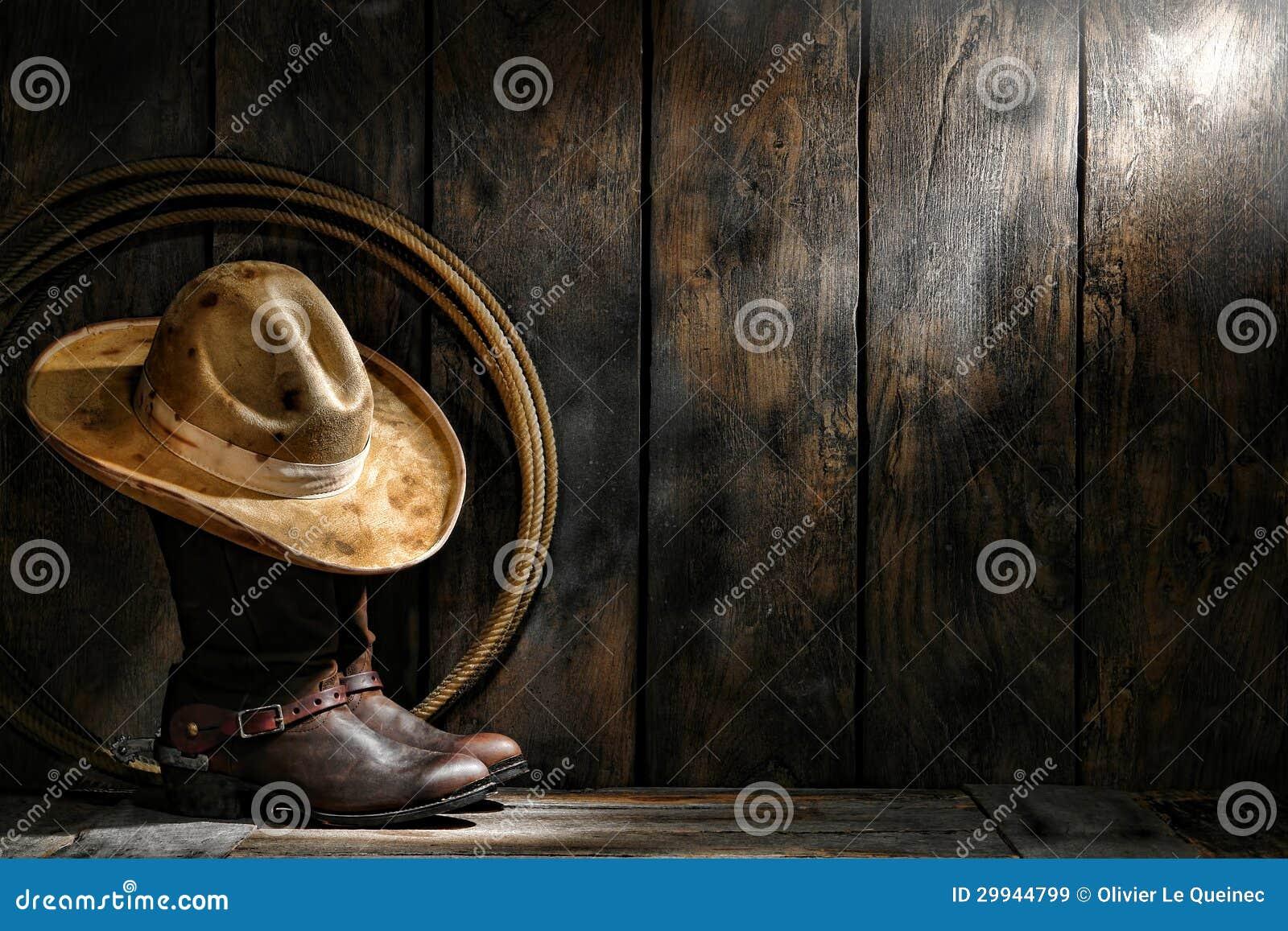 El sombrero de fieltro usado sucio del vaquero del oeste americano del  rodeo encima de botas de trabajo de cuero gastadas del cordelero del  ranchero con los ... 4f56ee0da89