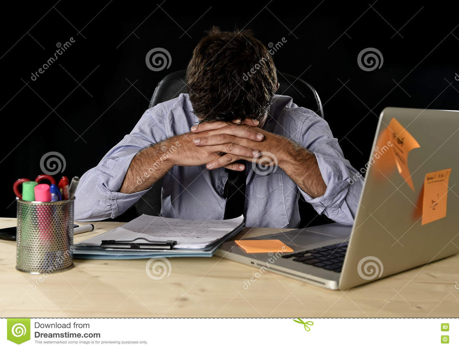 El stress laboral sufridor del hombre de negocios cansado perdió ocupado preocupante en oficina tarde en la noche con el ordenado