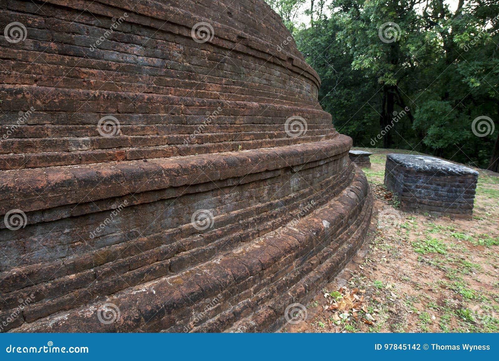 El stupa maravillosamente construido del ladrillo en el templo antiguo de Pidurangala en Sigiriya en Sri Lanka