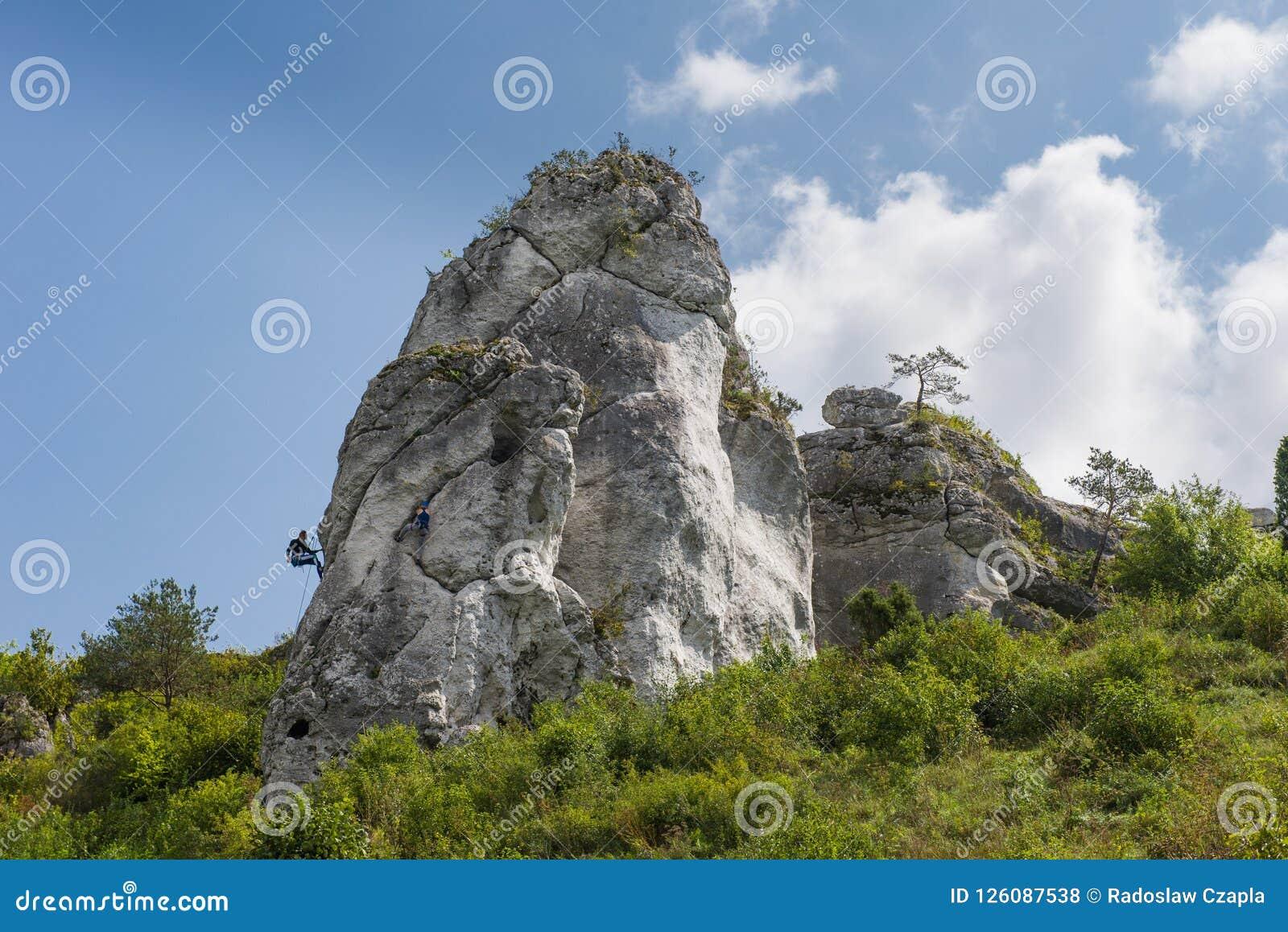 El subir en la roca jurásica Una vista atmosférica del Jura Cielo azul y nubes