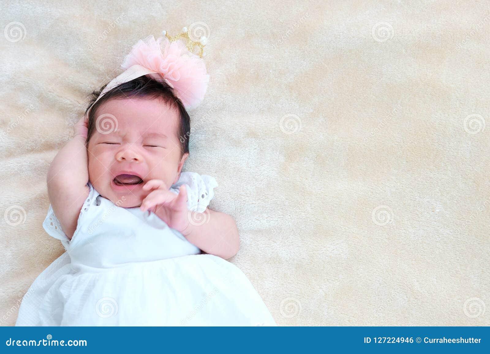 2693575628796d El sueño recién nacido del bebé en la cesta o en la cama y guarda sonrisa