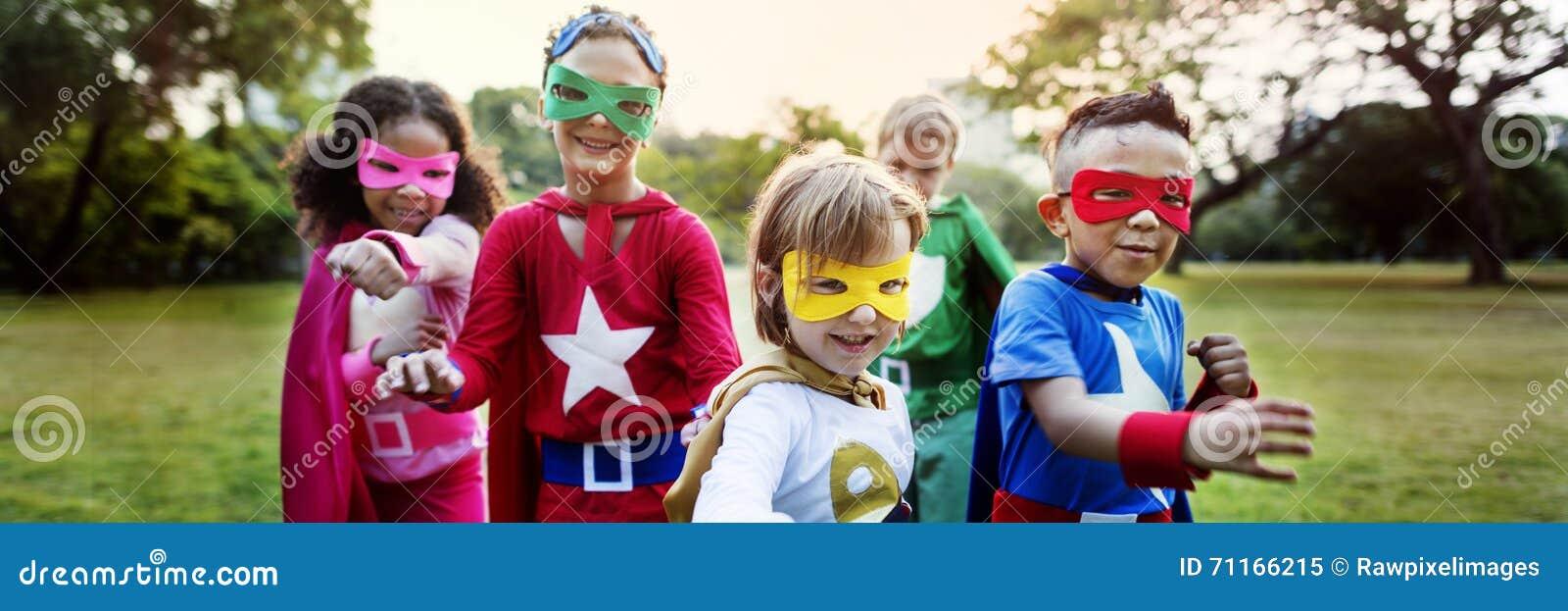 El super héroe embroma concepto juguetón de la diversión de la imaginación de la aspiración