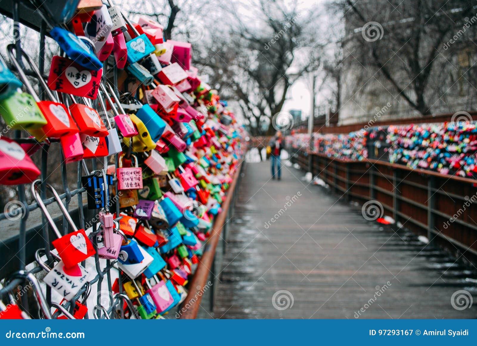 EL SUR COREA 26 DE ENERO DE 2017: Los millares de amor colorido padlocks a lo largo de la trayectoria de madera del paseo durante