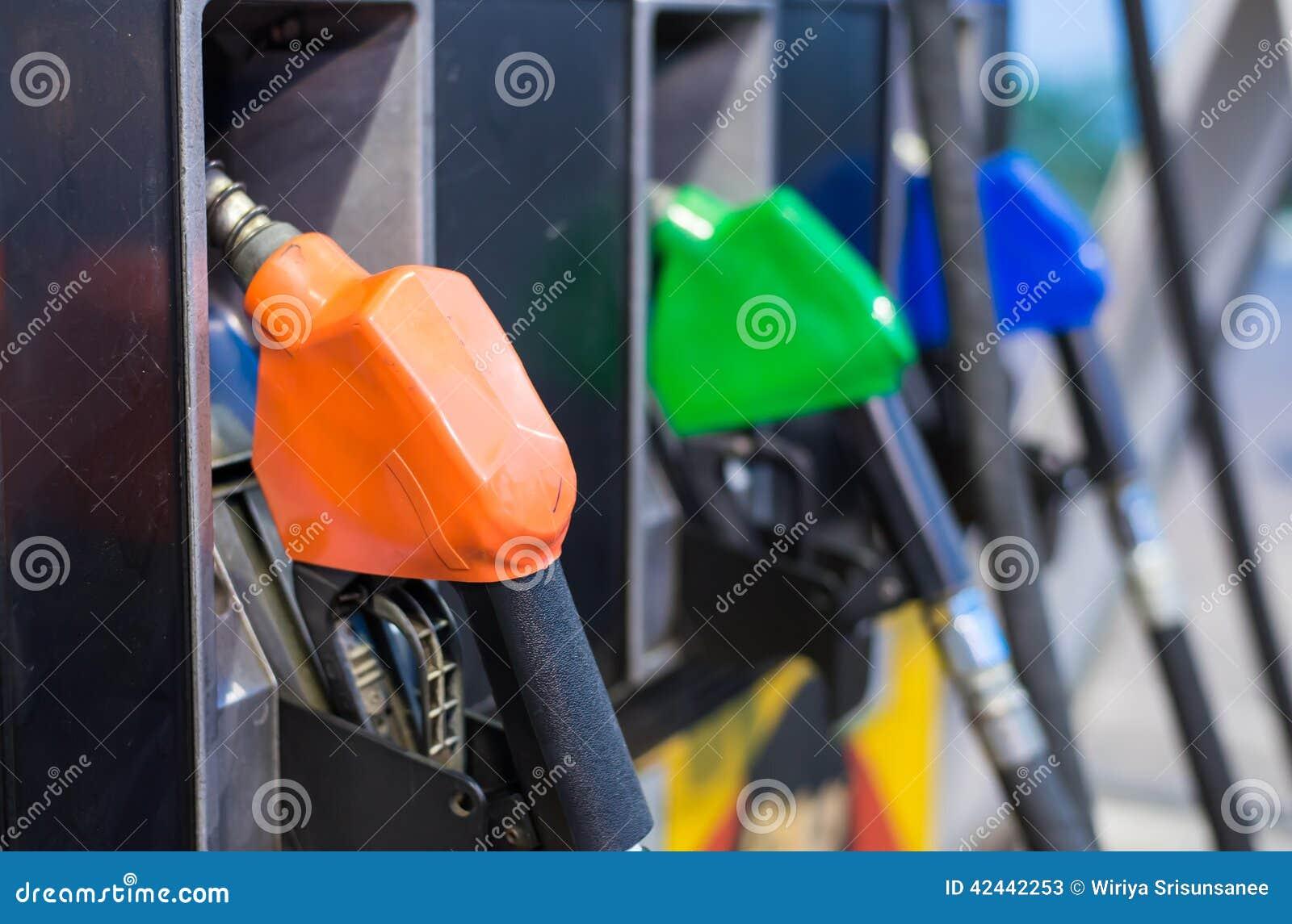 El surtidor de gasolina equipa con inyector la estación