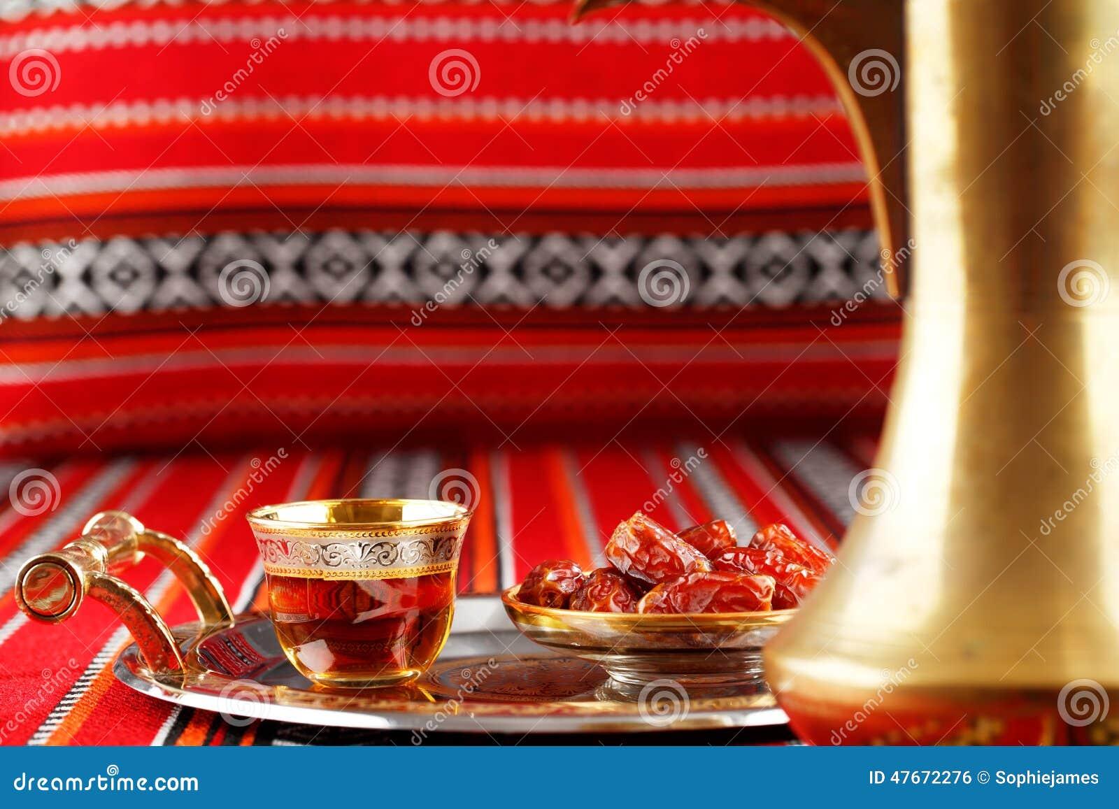 El té y las fechas icónicos de la tela de Abrian simbolizan hospitalidad árabe
