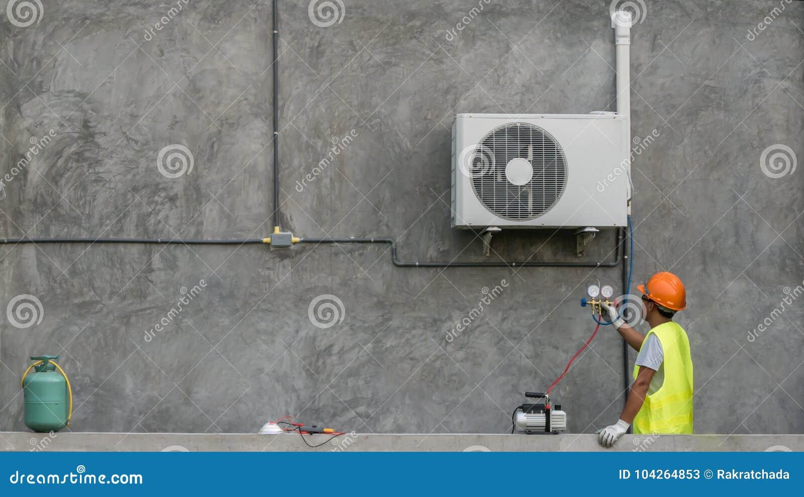 El técnico está comprobando el acondicionador de aire