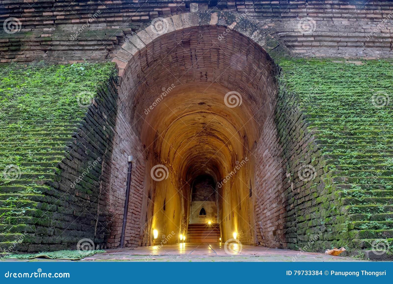 El túnel y la estatua antiguos Buda en templo en Chiang Mai, Th