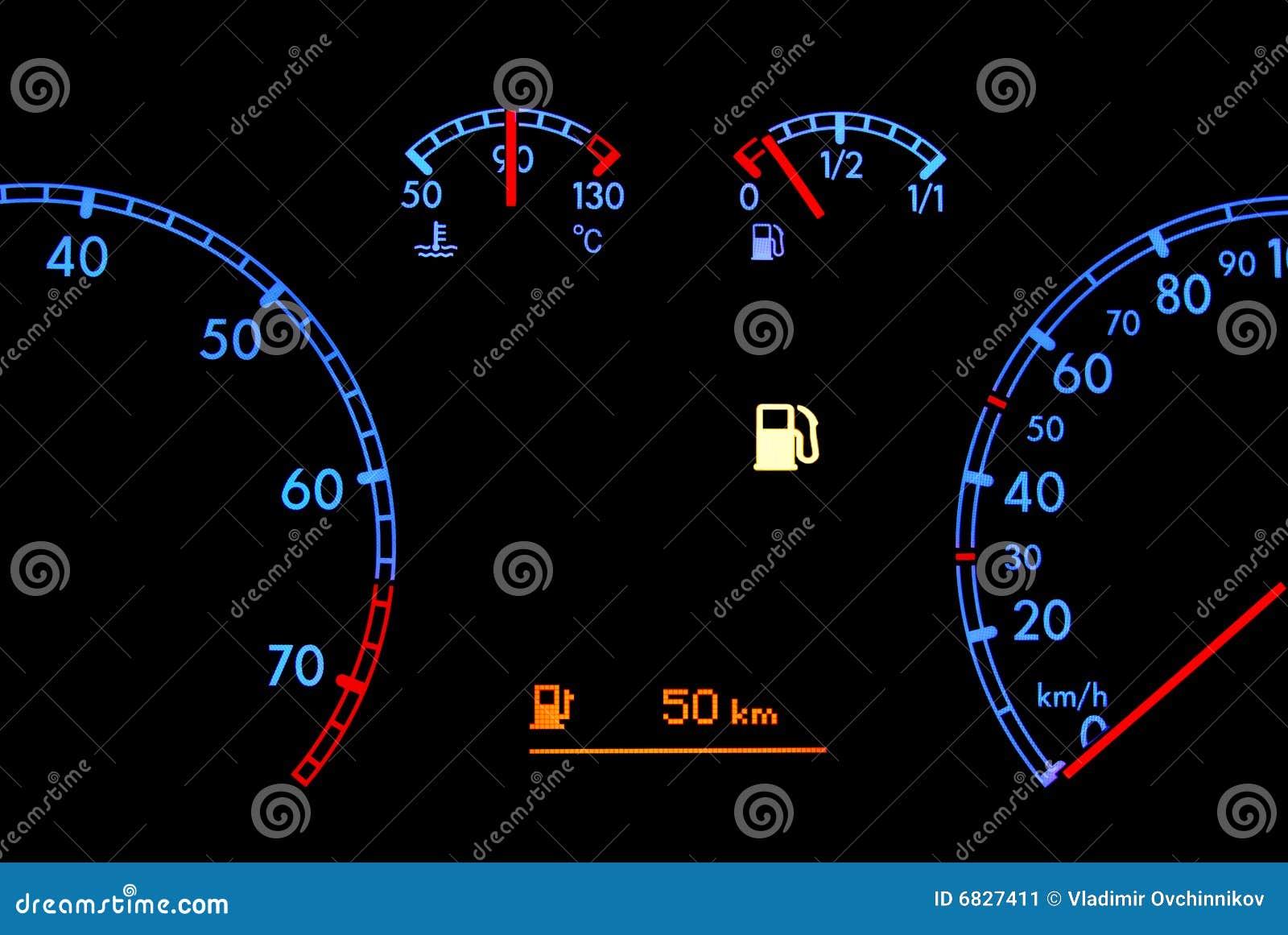El tablero de instrumentos del coche muestra el combustible inferior