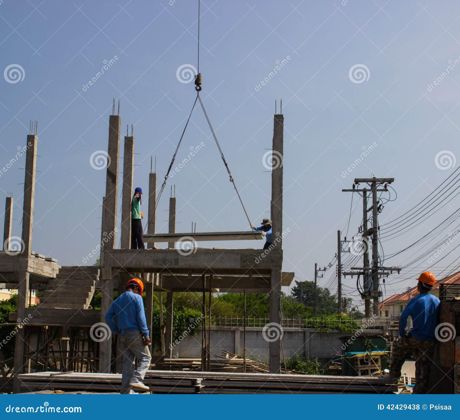 El tablero del cemento levanta para arriba