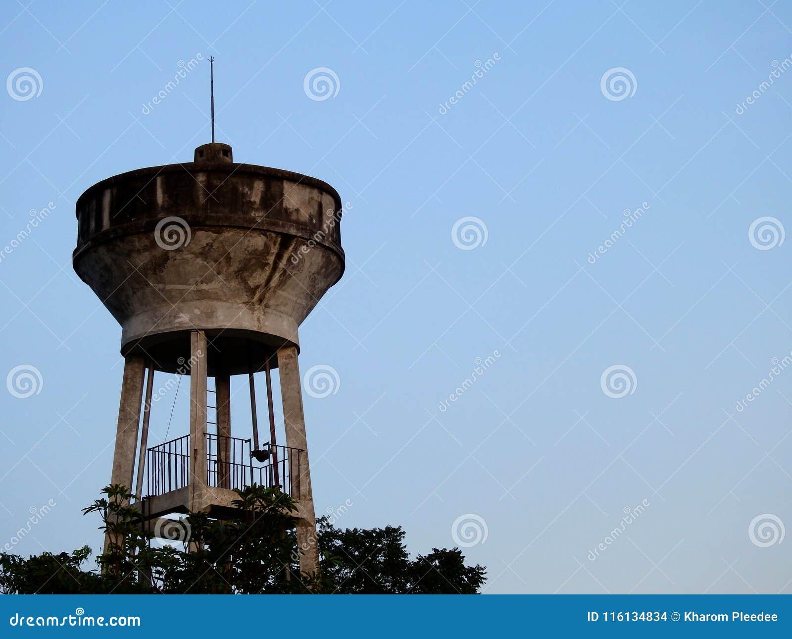 El tanque de agua, el tanque del abastecimiento de agua para Consume con el fondo del cielo azul