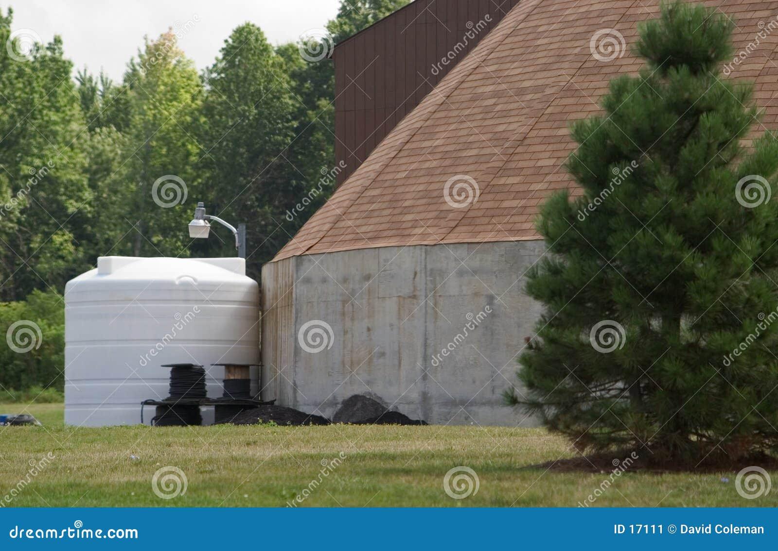 El tanque de almacenaje al lado del edificio