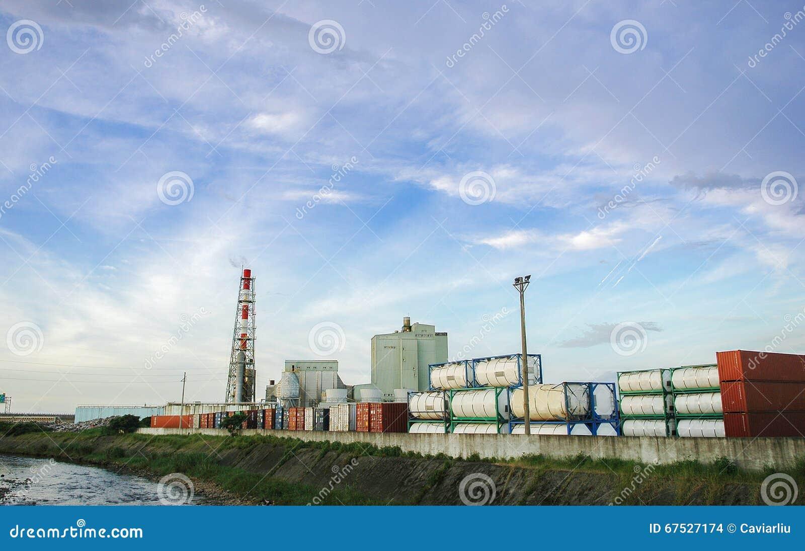 El tanque de almacenamiento de gasolina en el camino, la industria petrolera, la inyección del gas, el almacenamiento y la extrac