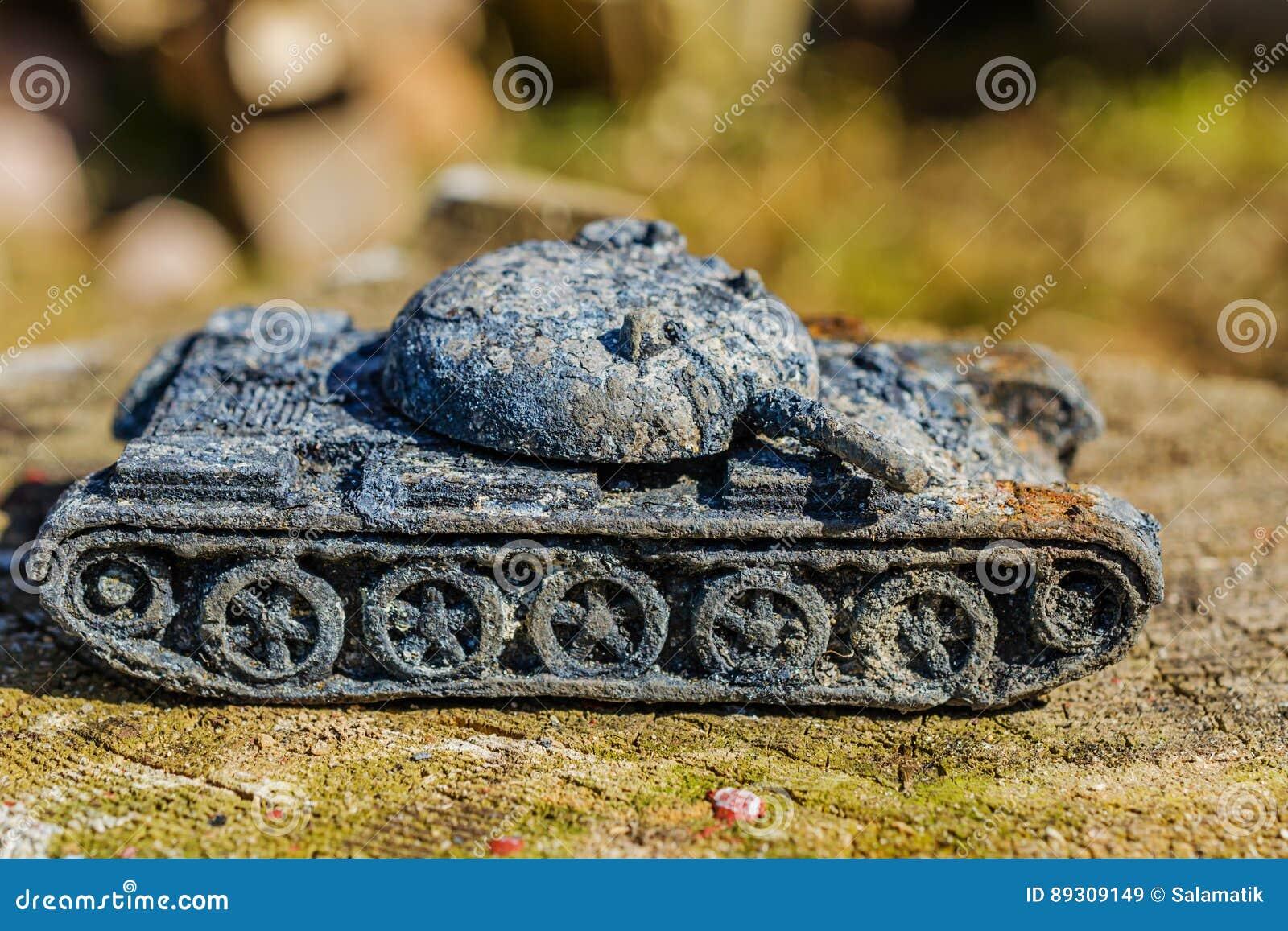 El tanque militar del juguete del vintage oxidado