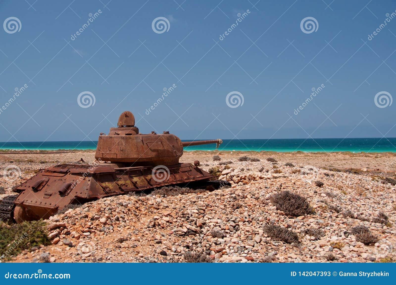 El tanque oxidado viejo abandonado en la orilla de la isla Socotra yemen
