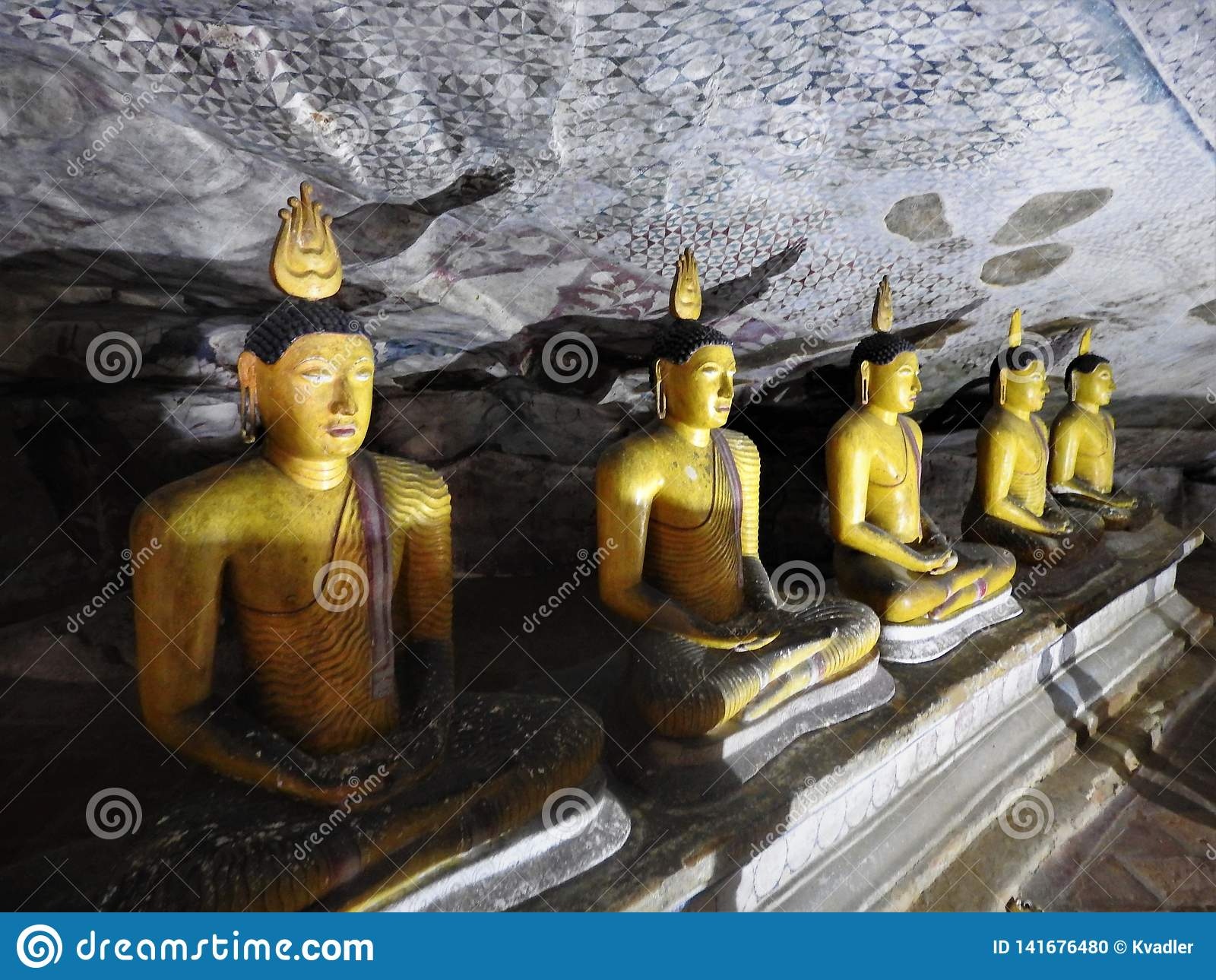El templo de oro de Dambulla es sitio del patrimonio mundial y tiene un total de un total de 153 estatuas de Buda, tres estatuas